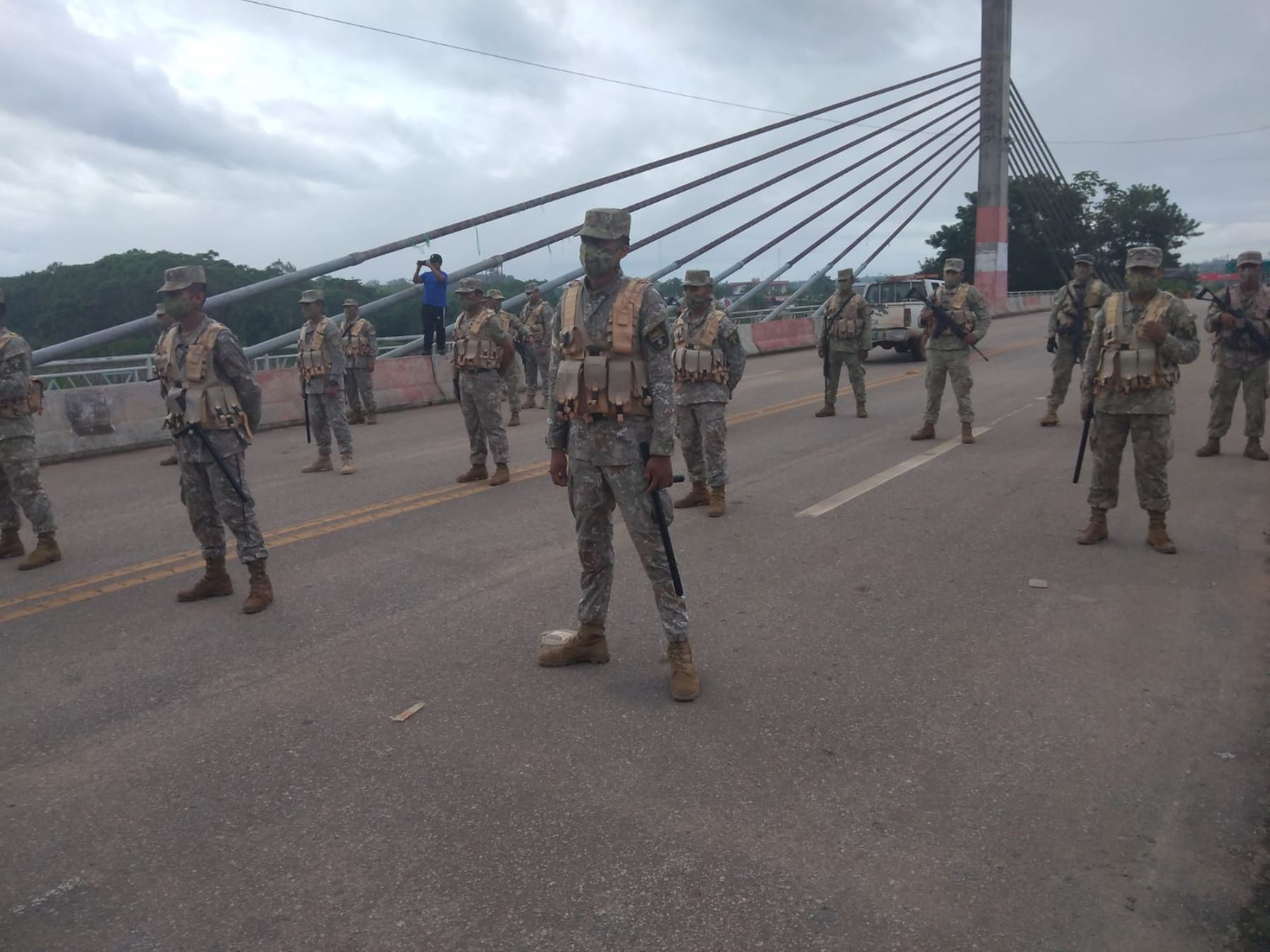 Miembros del Ejército del Perú refuerzan la vigilancia en Madre de Dios, en la frontera con Brasil, para evitar el ingreso ilegal de personas. Cortesía