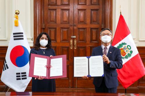 Presidenta del Consejo de Ministros y  embajador de Corea del Sur suscriben el Memorando de Entendimiento entre Perú y Corea