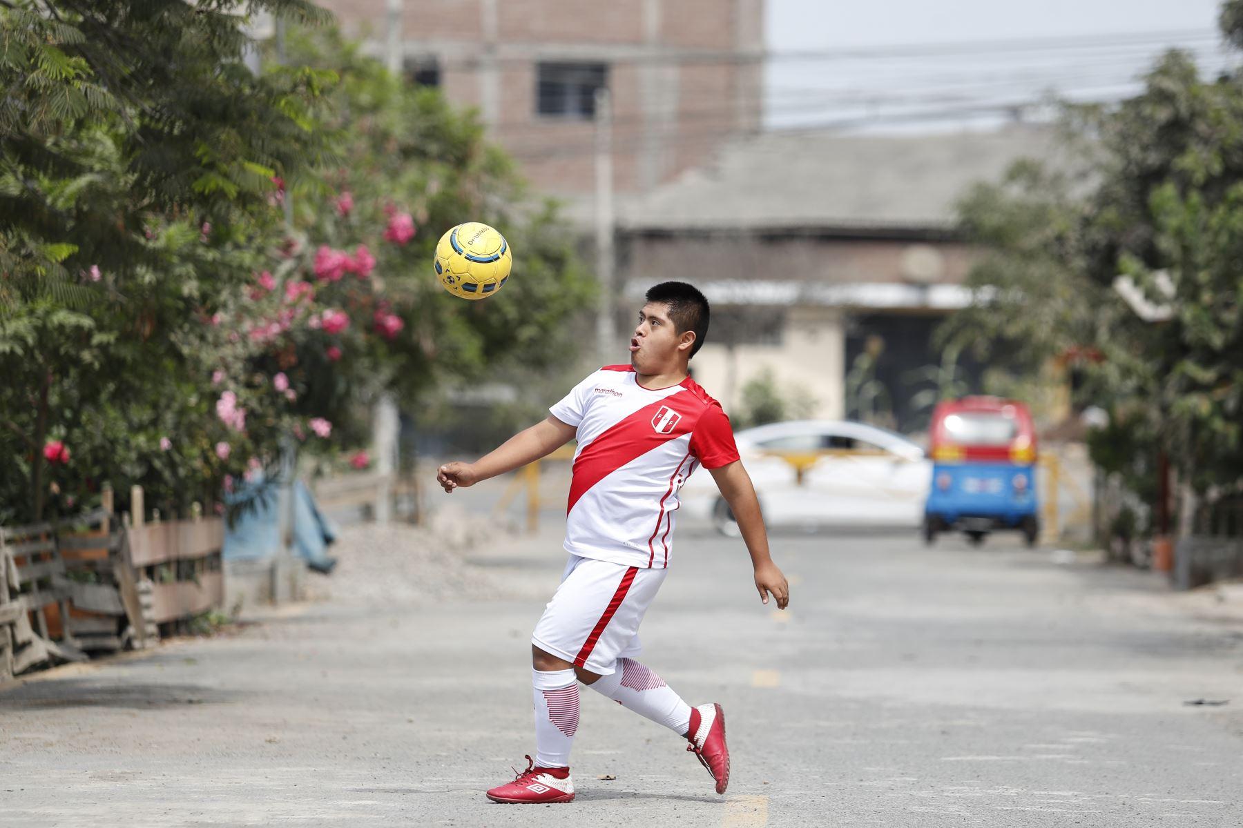 Joseph Flores practica algunas patadas frente su hogar, en Tablada de Lurin. Foto: ANDINA/Renato Pajuelo