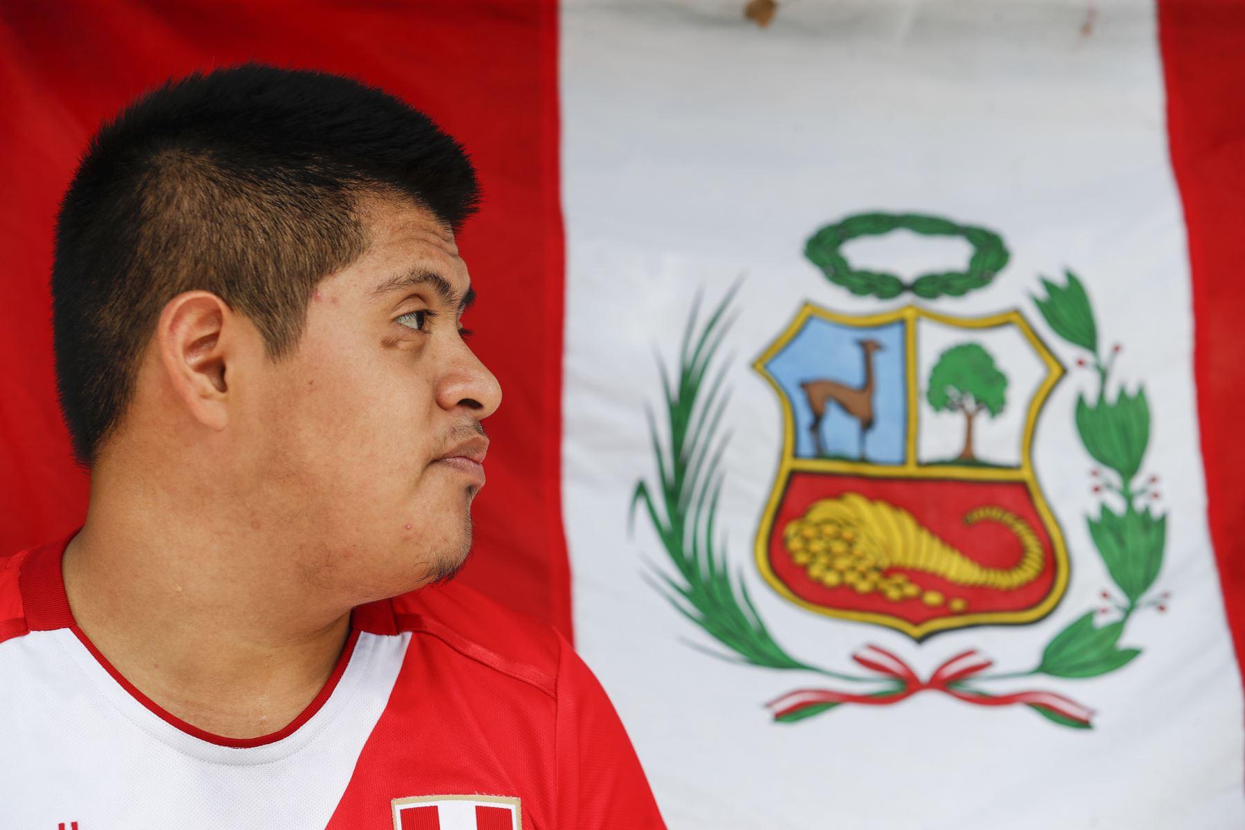 """Joseph Flores o """"coco"""" (18) vive en confinamiento e intenta entrenar su vivienda con miras al Mundial de Futsal Lima 2022. Foto: ANDINA/Renato Pajuelo"""