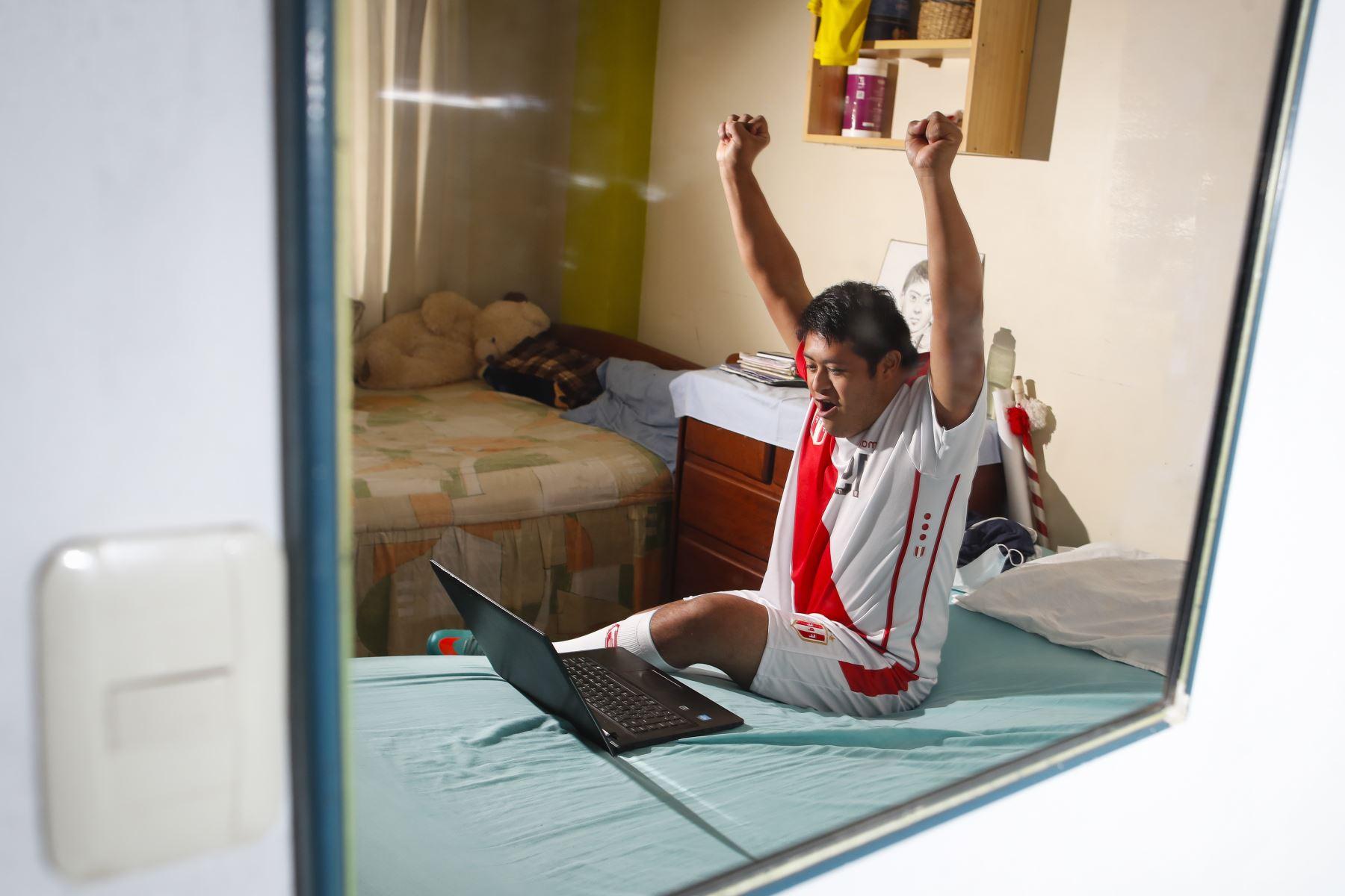 Pierre Espino (24) fanático de la Selección peruana y pasa su día repitiendo algunos videos vía Youtube desde su laptop. Foto: ANDINA/Renato Pajuelo