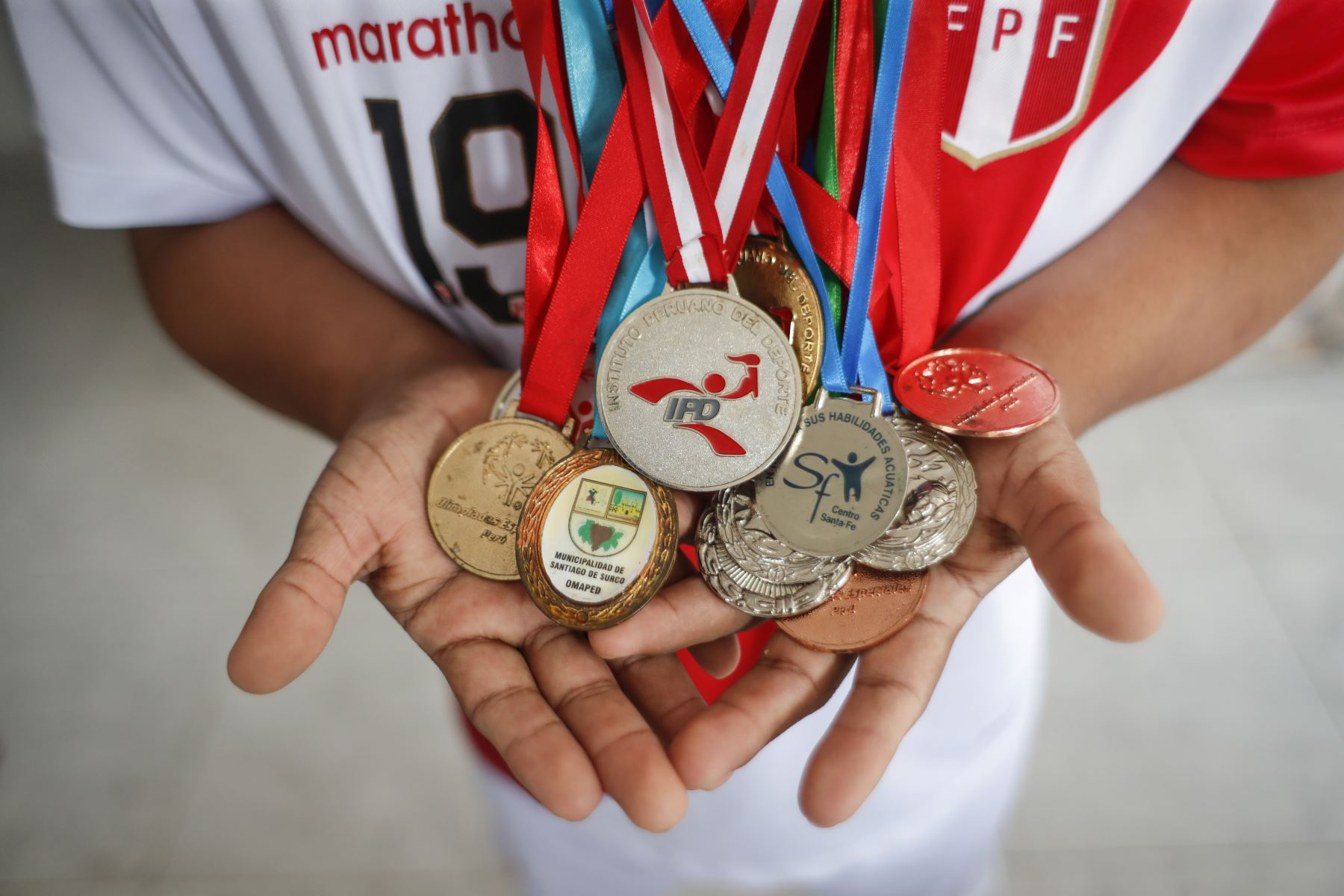 Pierre Espino enseña orgulloso las medallas que ha ganado en fútbol y natación. Foto: ANDINA/Renato Pajuelo