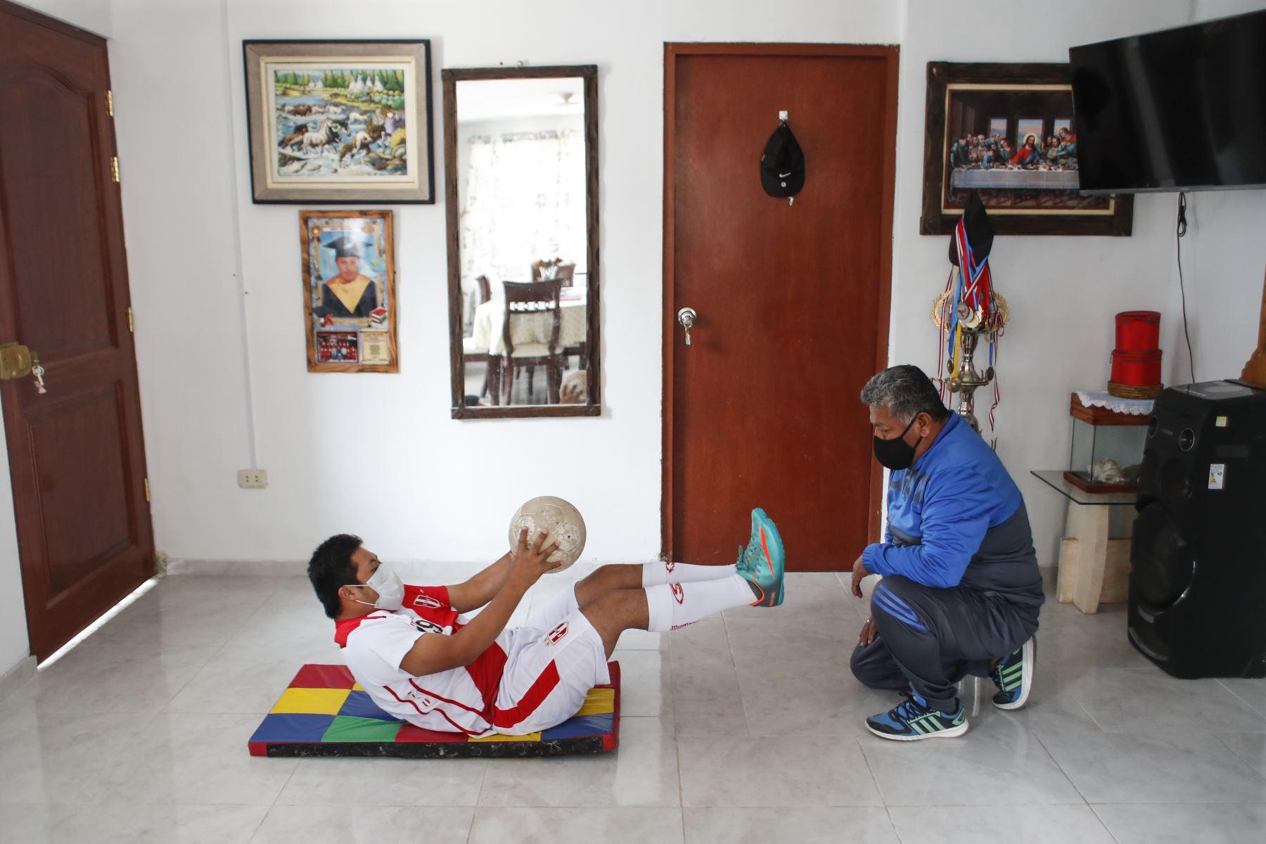 Pierre Espino entrena junto a su padre adaptándose al espacio de su vivienda. Foto: ANDINA/Renato Pajuelo