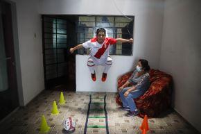 Ronny Flores se ha ingeniado la manera de continuar sus entrenamientos en su hogar debido al confinamiento por la pandemia. Foto: ANDINA/Renato Pajuelo