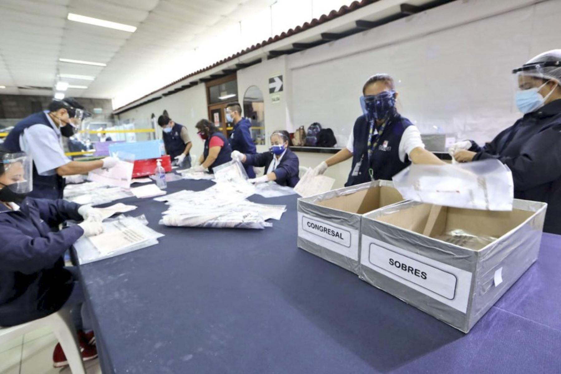 Llegada de 2,115 actas electorales del Consulado General del Perú en Barcelona. Foto: Difusión