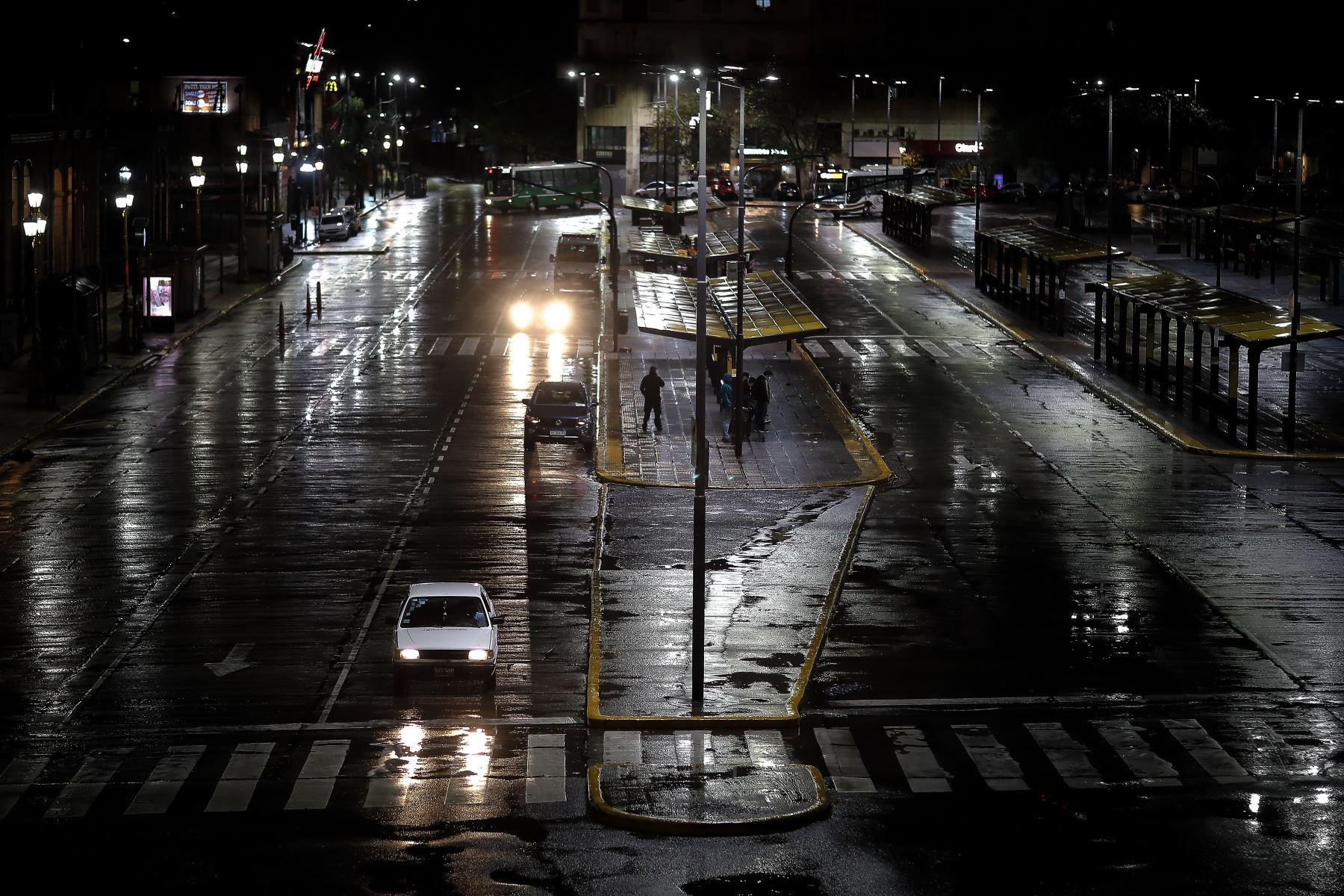 Fotografía de una calle semivacía durante el inicio a nivel nacional de una nueva etapa de restricciones para frenar la fuerte escalada de contagios de coronavirus, en Buenos Aires, el 08 de abril del 2021. Foto: EFE