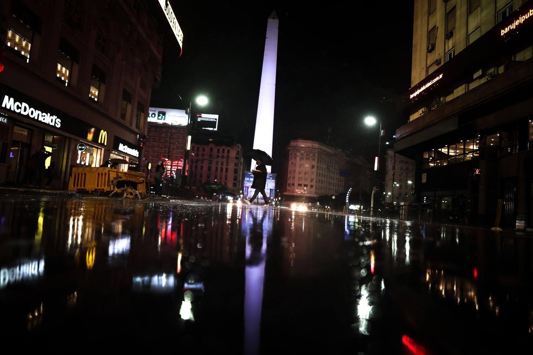 Una persona camina por una calle, durante el inicio a nivel nacional de una nueva etapa de restricciones para frenar la fuerte escalada de contagios de coronavirus, en Buenos Aires, el 08 de abril del 2021. Foto: EFE