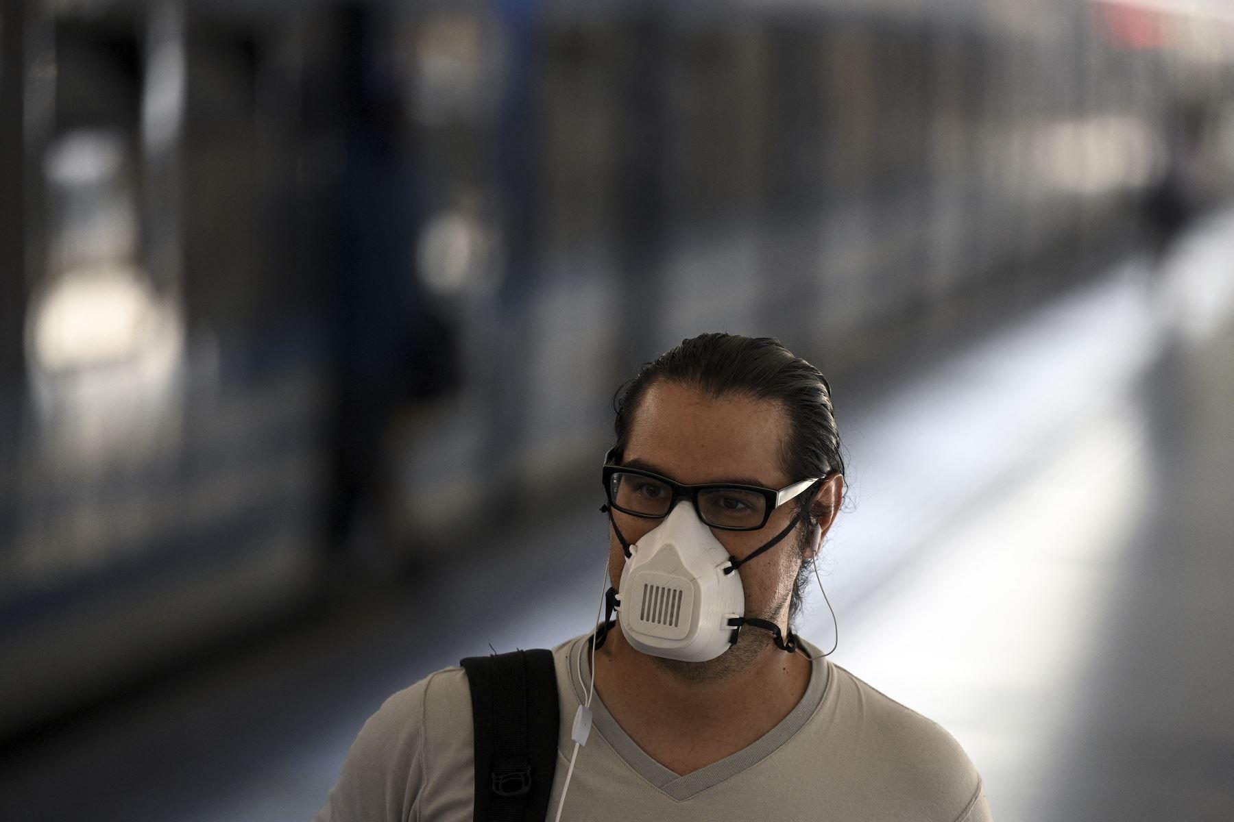 Un hombre con mascarilla camina en la estación de tren Once de Buenos Aires, el 7 de abril de 2021, en medio de la pandemia del nuevo coronavirus. Foto: AFP