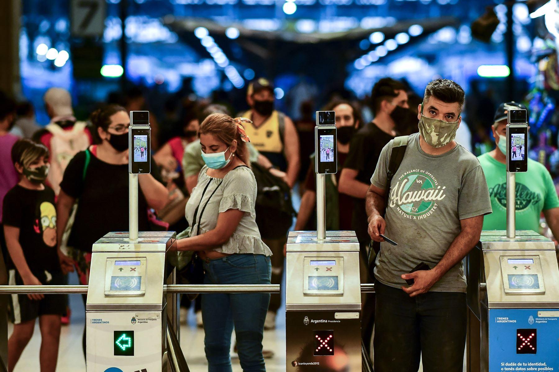 Personas con mascarillas protectoras ingresan a la estación de tren Constitución en Buenos Aires, el 6 de abril de 2021. Foto: AFP