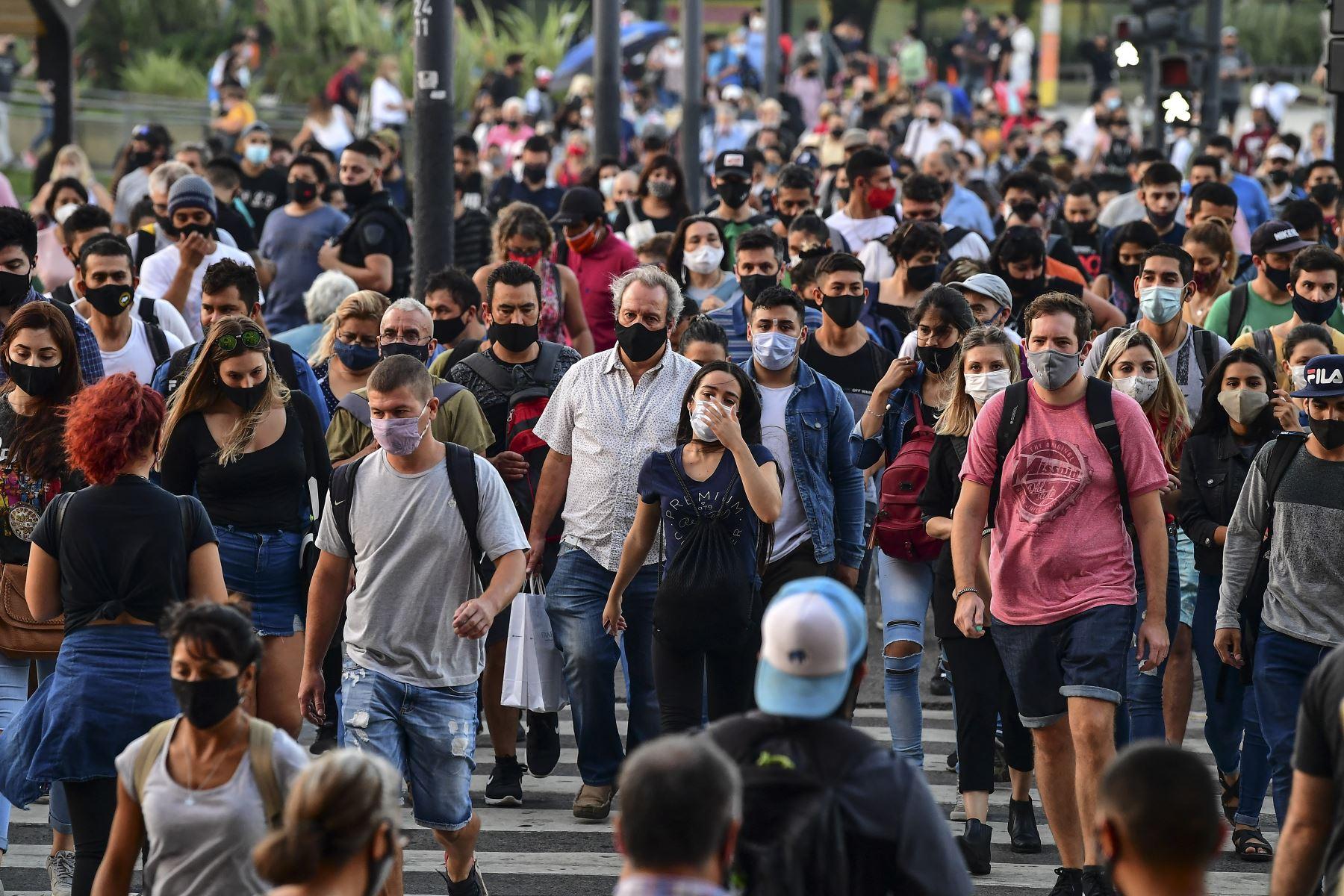 Personas con mascarillas protectoras caminan por la Avenida Brasil, cerca de la estación de tren Constitución, en Buenos Aires, el 6 de abril de 2021. Foto: AFP