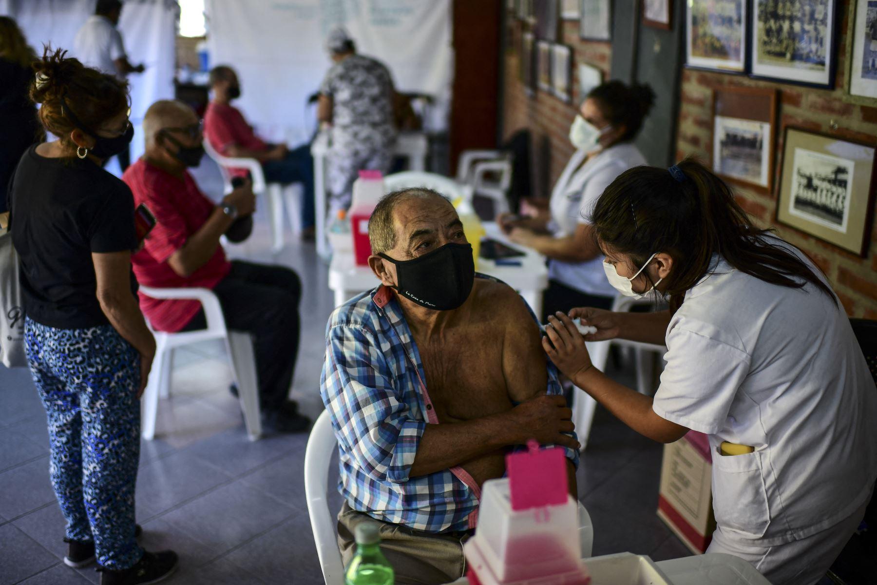 Un trabajador de la salud aplica una dosis de la vacuna Sputnik V contra el COVID-19, en el estadio Centenario de Quilmes, provincia de Buenos Aires, el 1 de abril de 2021. Foto: AFP