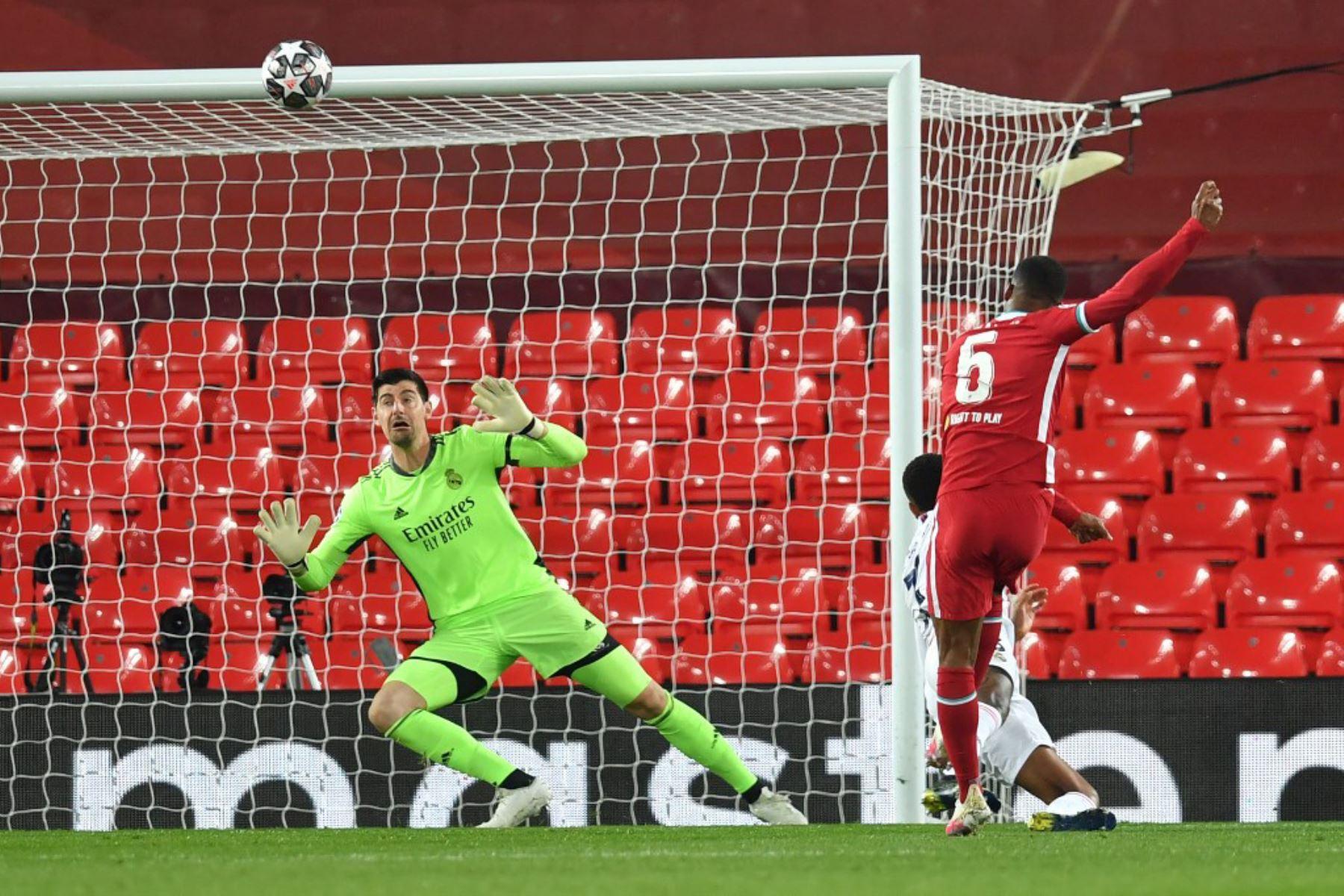 El centrocampista holandés del Liverpool, Georginio Wijnaldum (R), pierde una oportunidad de gol durante los cuartos de final de la Liga de Campeones de la UEFA de la segunda etapa del partido de fútbol entre el Liverpool y el Real Madrid en Anfield en Liverpool.  Foto: AFP