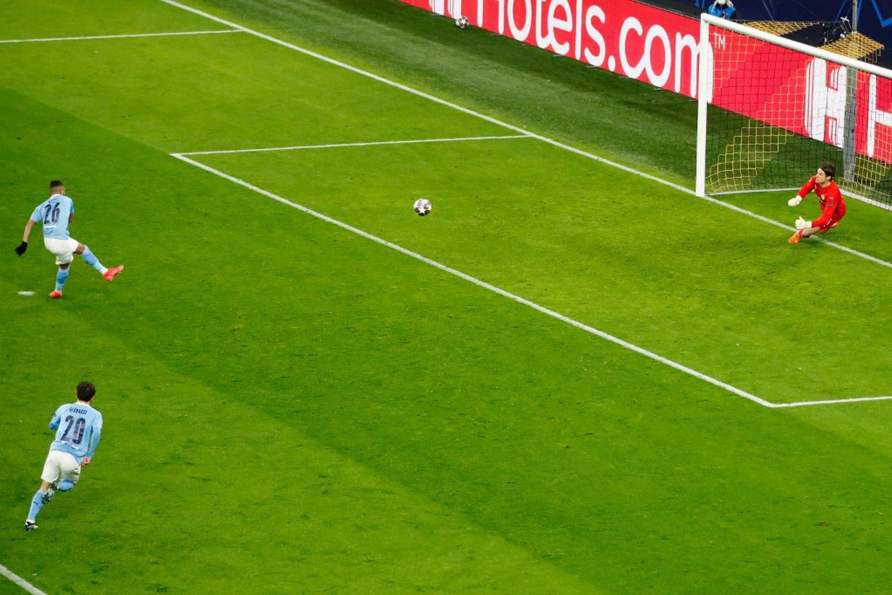 El centrocampista argelino del Manchester City Riyad Mahrez anota el gol 1-1 desde el punto de penalti pasado el portero suizo del Dortmund Marwin Hitz (R) durante los cuartos de final de la Liga de Campeones de la UEFA en el segundo tramo del partido de fútbol entre el BVB Borussia Dortmund y el Manchester City en Dortmund.  Foto: AFP