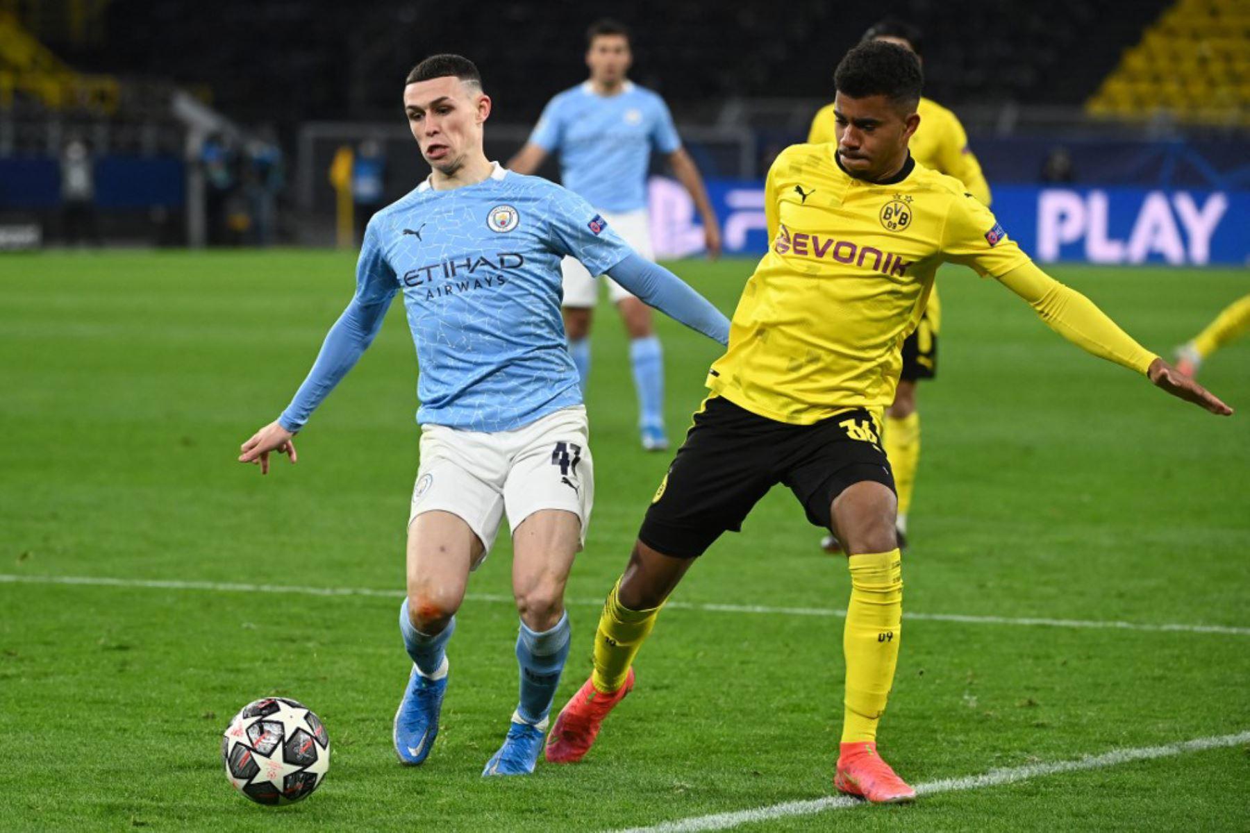 El centrocampista inglés del Manchester City Phil Foden (L) y el delantero alemán del Dortmund, Ansgar Knauff, compiten por el balón durante los cuartos de final de la Liga de Campeones de la UEFA el segundo partido de fútbol entre el BVB Borussia Dortmund y el Manchester City en Dortmund.  Foto: AFP