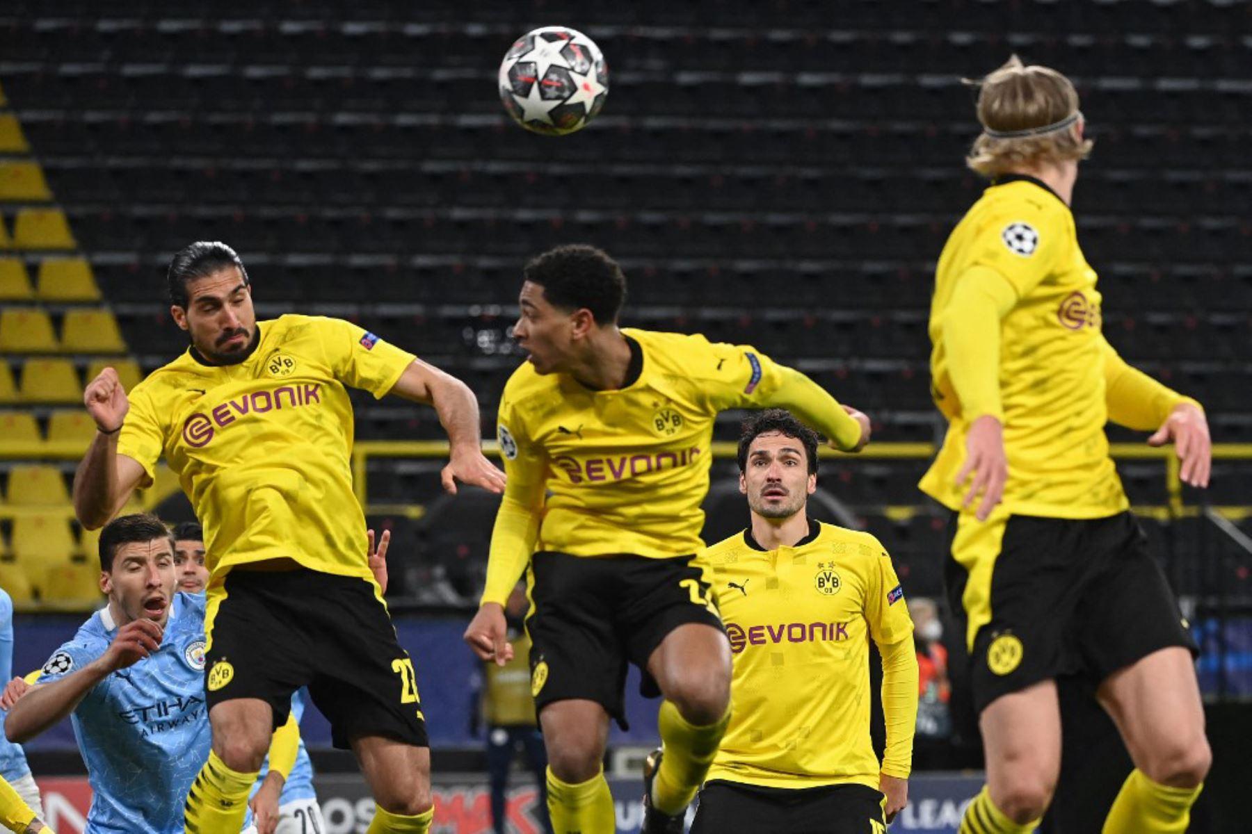 Jugadores como el mediocampista alemán del Dortmund Emre Can, el mediocampista inglés del Dortmund Jude Bellingham y el delantero noruego del Dortmund Erling Braut Haaland saltan de cabeza durante un saque de esquina durante los cuartos de final de la Liga de Campeones de la UEFA en el segundo partido de fútbol entre el BVB Borussia Dortmund y el Manchester City en Dortmund.  Foto: AFP