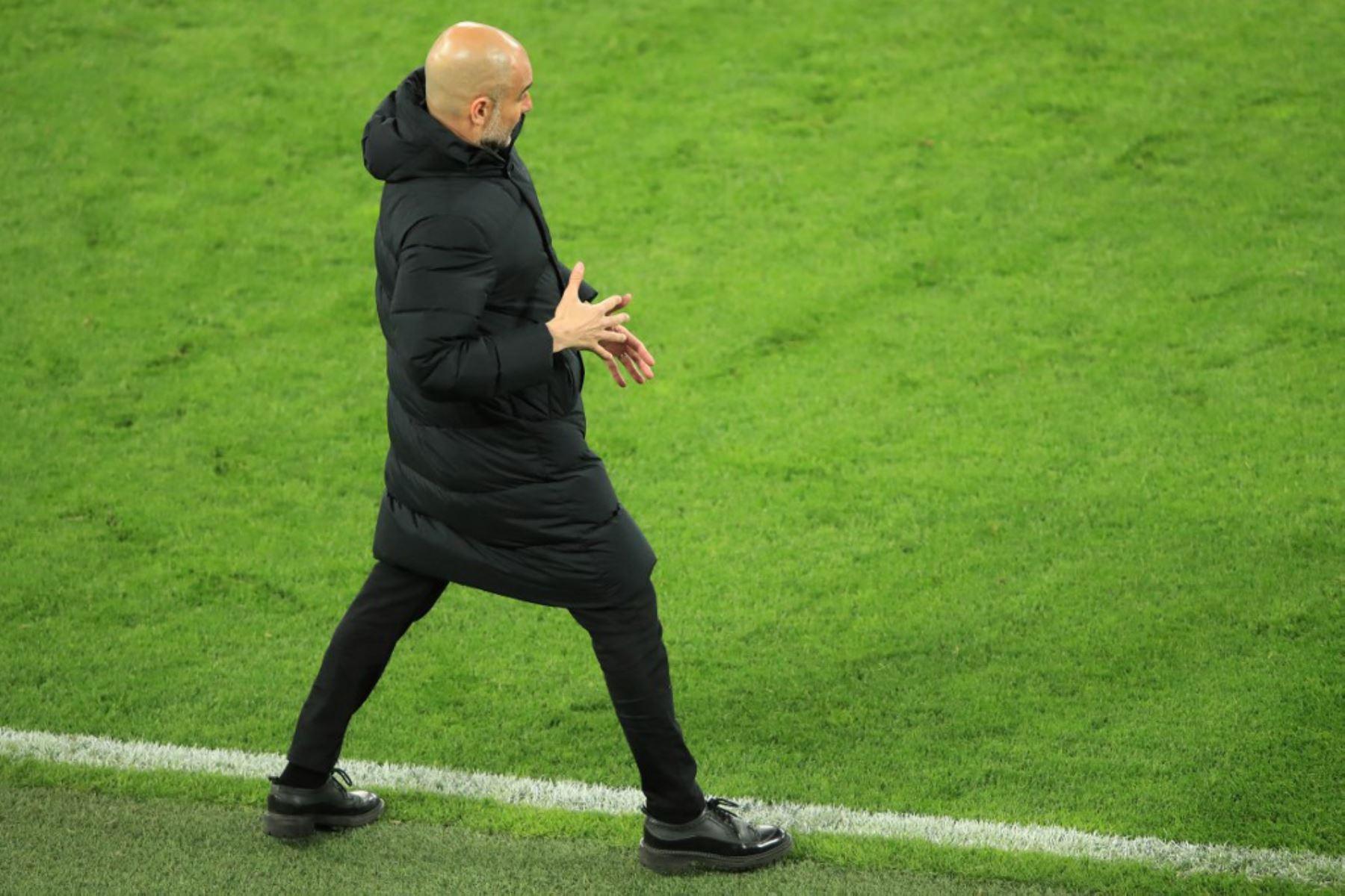 El técnico español del Manchester City, Pep Guardiola, reacciona desde el banquillo durante el partido de vuelta de cuartos de final de la Liga de Campeones de la UEFA entre el BVB Borussia Dortmund y el Manchester City en Dortmund.  Foto: AFP