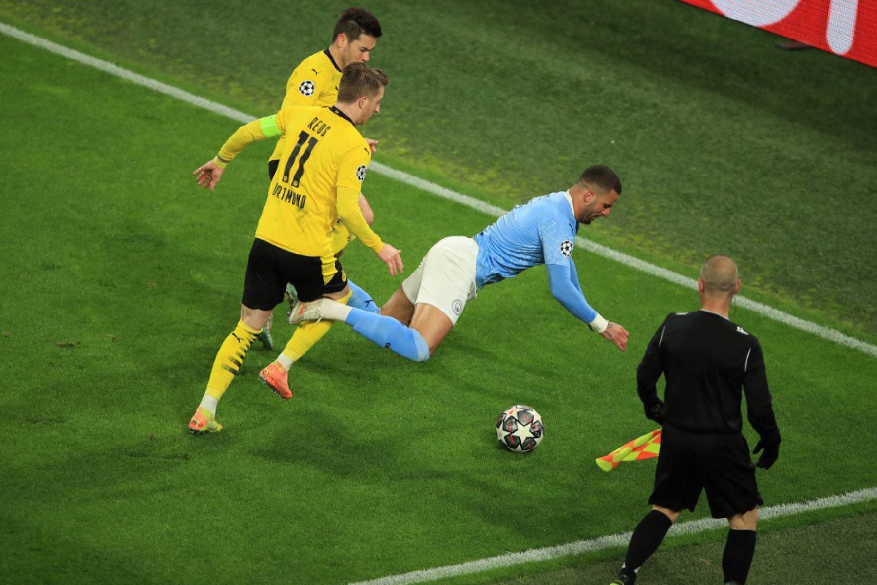 El defensa inglés del Manchester City, Kyle Walker, es derribado por el delantero alemán del Dortmund, Marco Reus, durante el partido de vuelta de los cuartos de final de la UEFA Champions League entre el BVB Borussia Dortmund y el Manchester City en Dortmund.  Foto: AFP