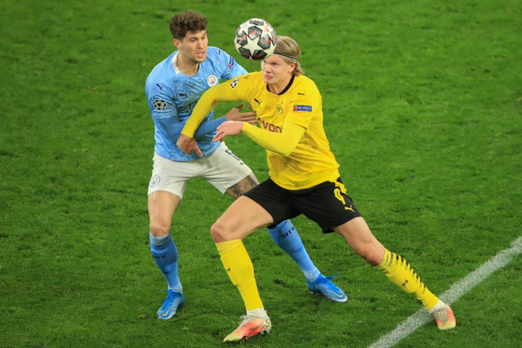 El defensor inglés del Manchester City John Stones (L) y el delantero noruego del Dortmund, Erling Braut Haaland, compiten por el balón durante los cuartos de final de la Liga de Campeones de la UEFA en el segundo partido de fútbol entre el BVB Borussia Dortmund y el Manchester City en Dortmund.  Foto: AFP