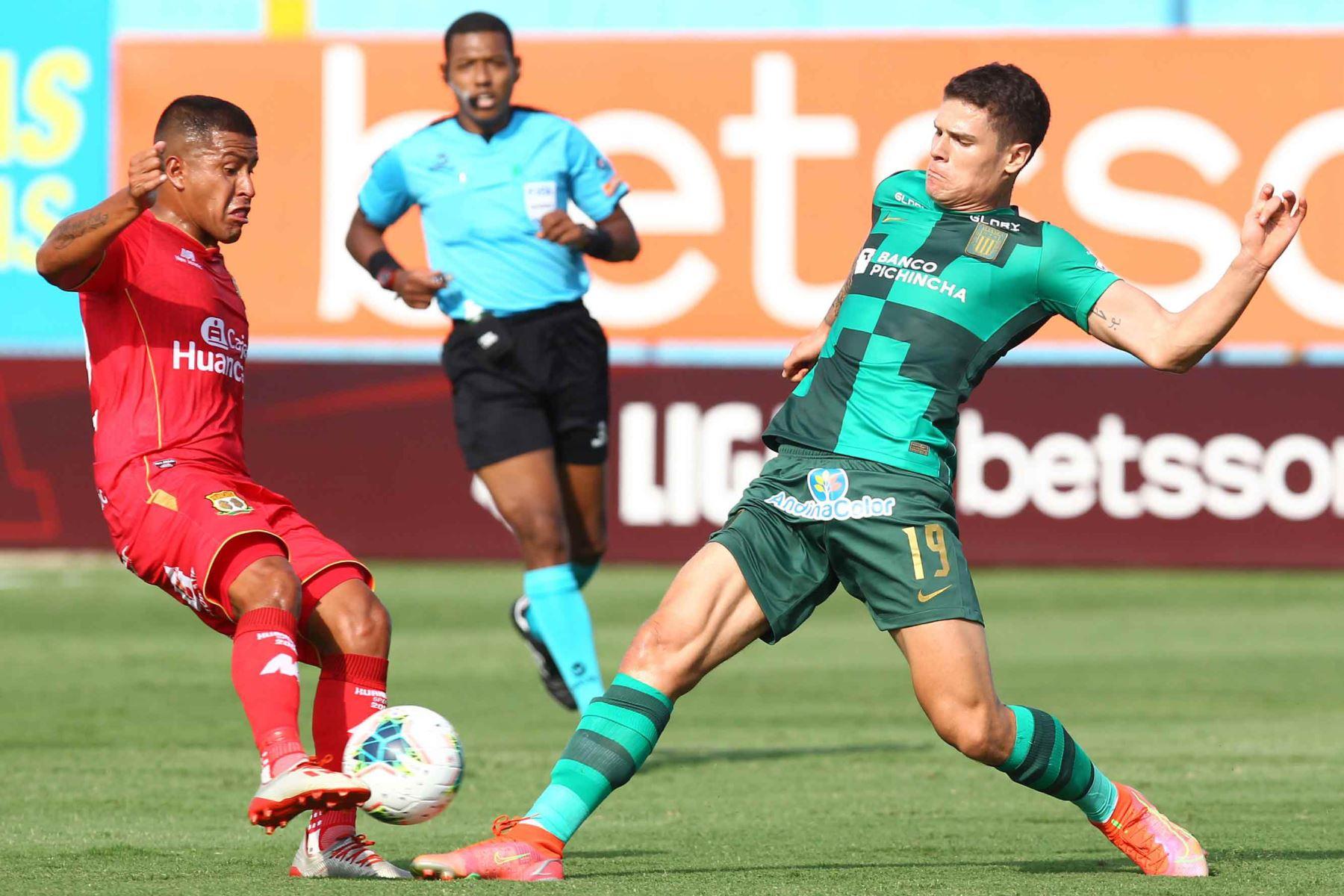Sebastián Gonzáles Zela de Alianza Lima disputa el balón con un defensor de Sport Huancayo.  Foto:ANDINA/ Liga1