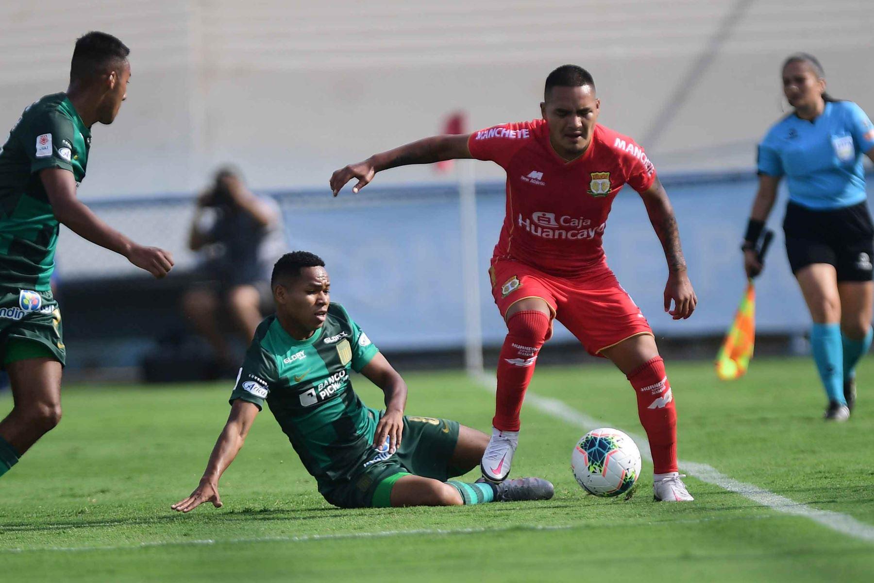 M. Cornejo de Alianza Lima disputa el balón con M. Velásquez de Sport Huancayo.  Foto:ANDINA/ Liga1