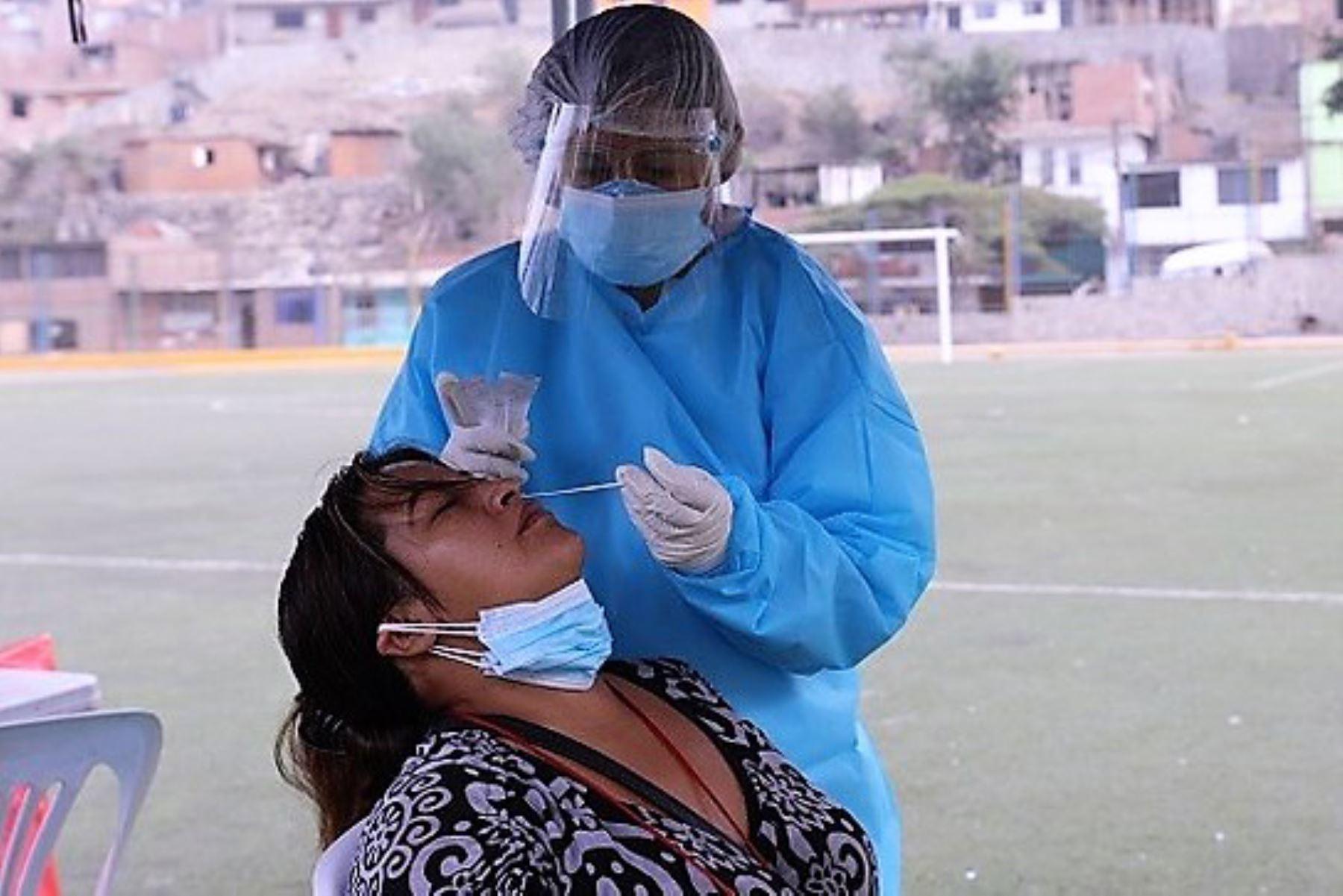 Personal de salud realiza un hisopado para el descarte del covid-19 en un distrito de Lima. ANDINA/Difusión