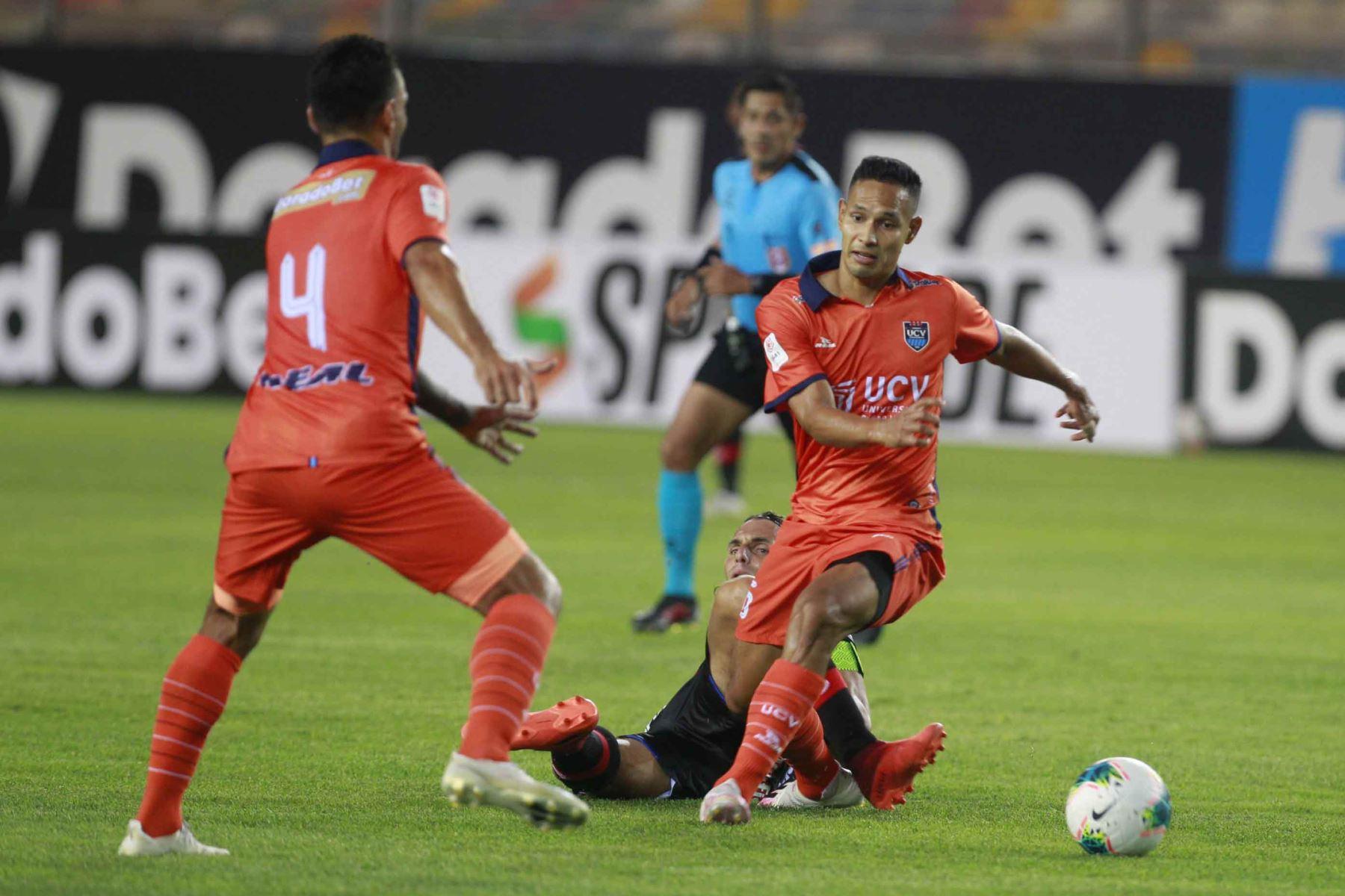 L . Fleitas de César Vallejo , disputa el balón ante el jugador de Manucci  por la cuarta fecha de la Liga 1, en el el estadio Monumental. Foto: Liga 1