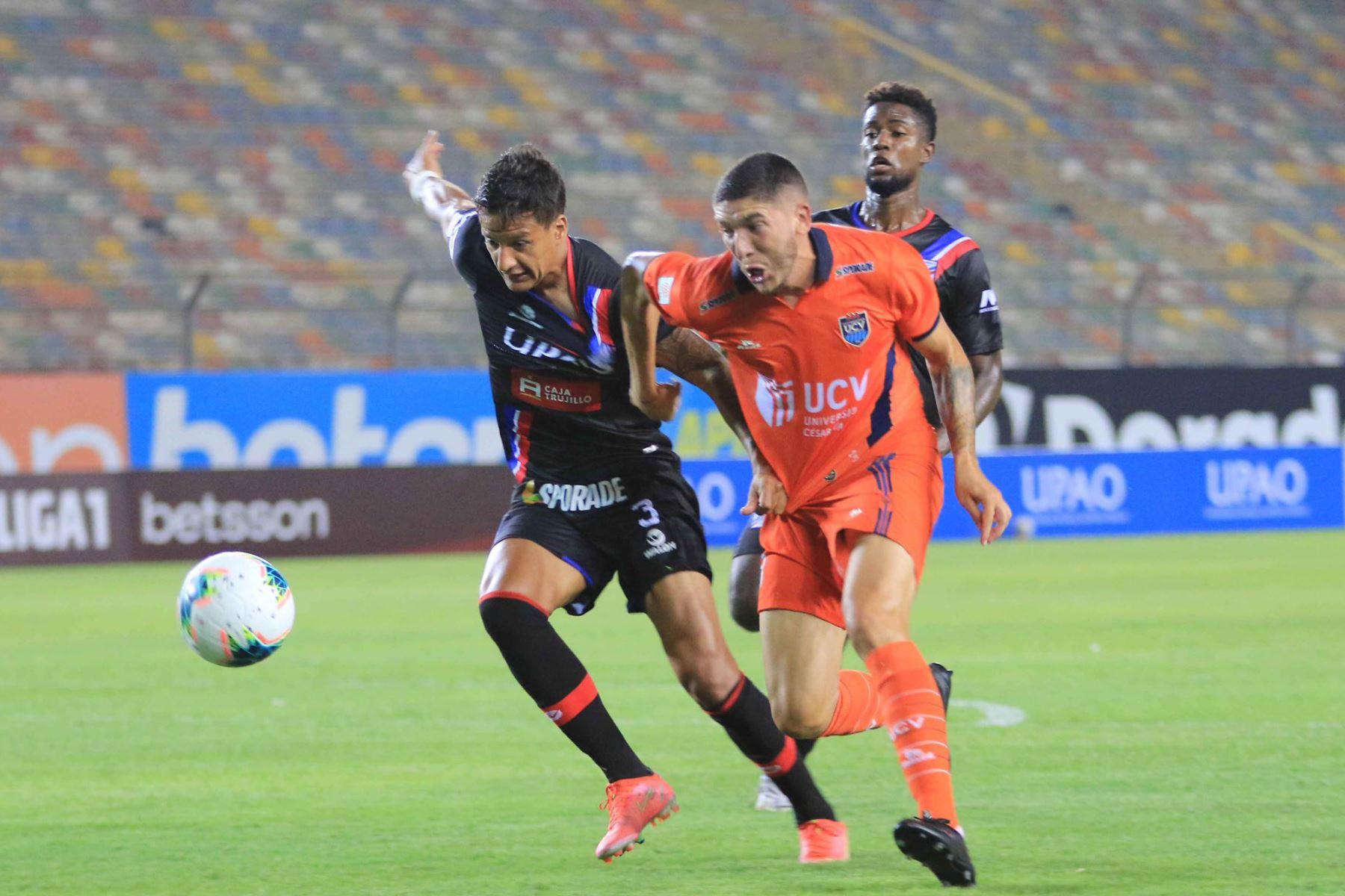 G. Godoy de  Manucci , disputa el balón ante el jugador de  César Vallejo  por la cuarta fecha de la Liga 1, en el el estadio Monumental. Foto: Liga 1