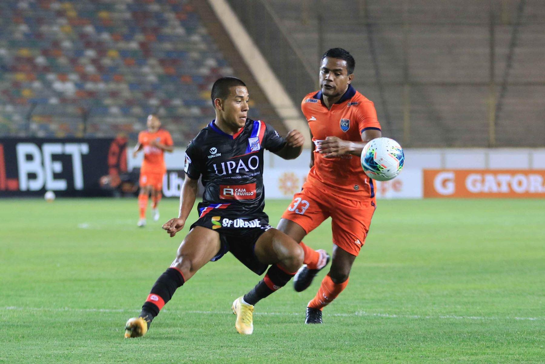 J. Vásquez de César Vallejo , disputa el balón ante el jugador de Manucci  por la cuarta fecha de la Liga 1, en el el estadio Monumental. Foto: Liga 1