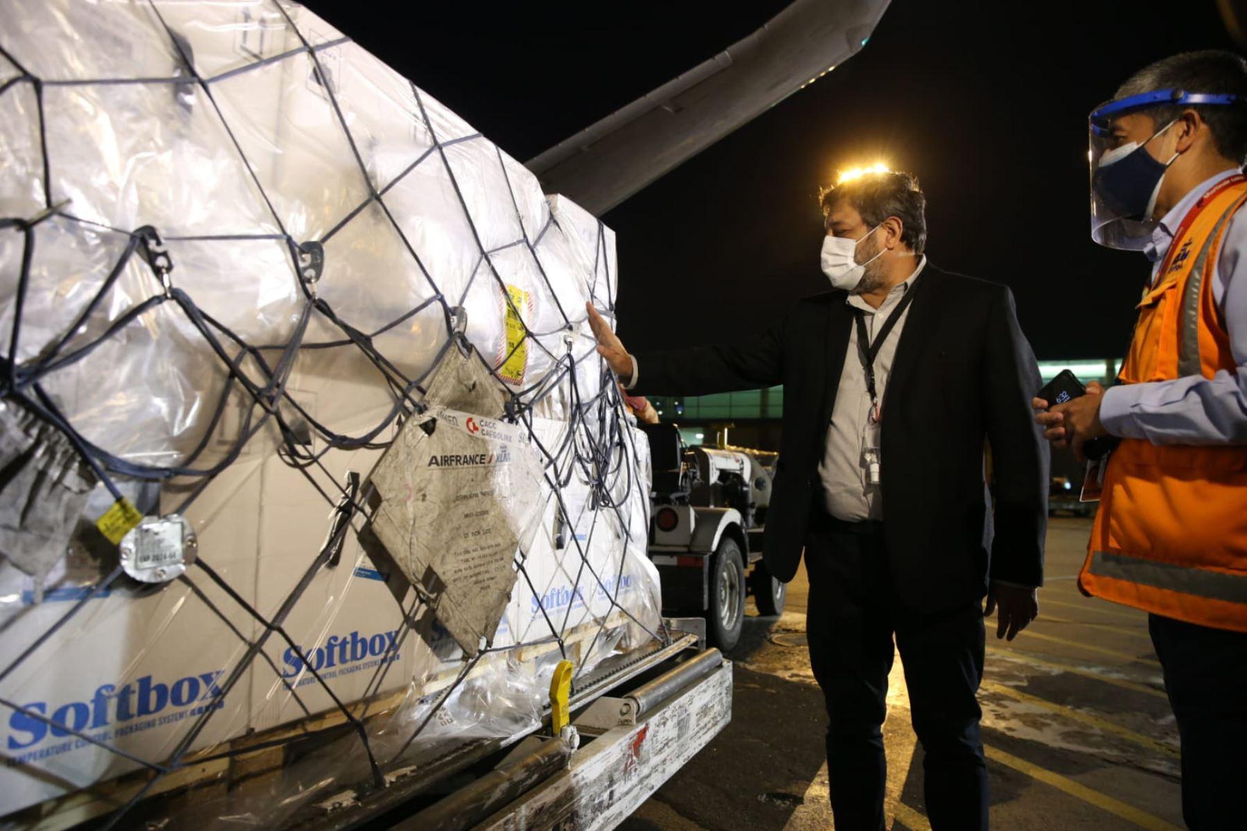 El ministro de Educación, Ricardo Cuenca , recibe el vuelo con el segundo lote de vacunas Pfizer, 200 700 dosis, que formarán parte del proceso de vacunación nacional. Foto: Minedu