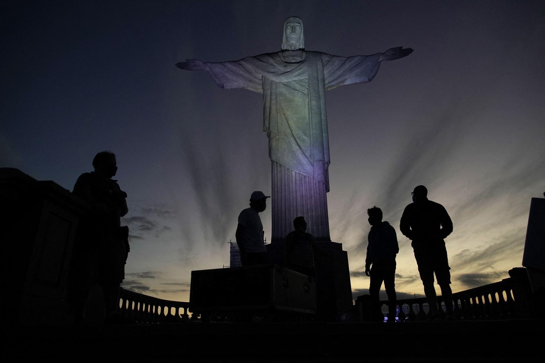 La estatua del Cristo Redentor se ve preparada para ser iluminada con los colores de la bandera brasileña y flechas olímpicas para marcar los 100 días hasta los Juegos Olímpicos de Tokio 2020 en Río de Janeiro, Brasil. Foto: AFP