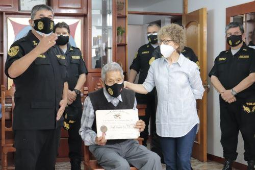 Covid-19: policía más longevo en situación de retiro recibe segunda dosis de vacuna Pfizer
