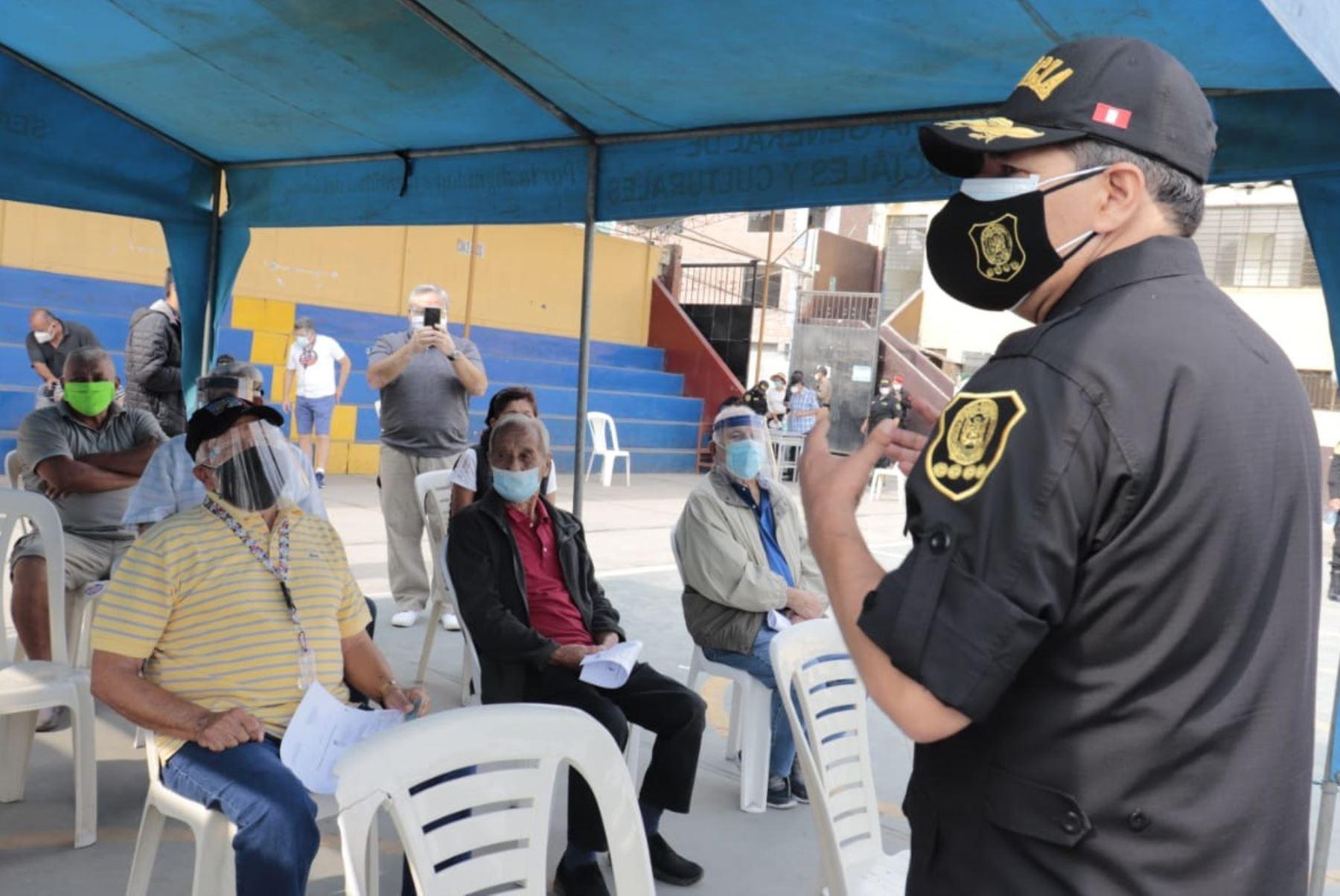 El comandante general de la PNP, César Cervantes Cárdenas, supervisa la segunda dosis contra la covid-19 a los efectivos policiales en situación de retiro, en las instalaciones del colegio Juan Ingunza Valdivia. Foto: PNP