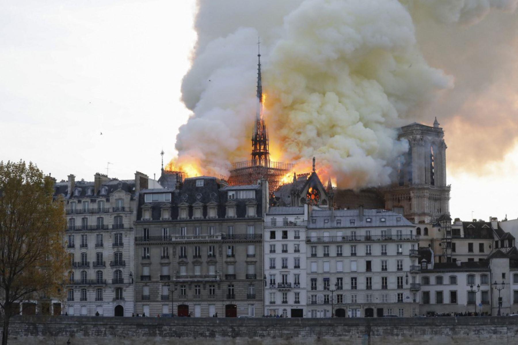 Visto desde el otro lado del río Sena, el humo y las llamas se elevan durante un incendio en la histórica catedral de Notre-Dame en el centro de París.  Foto: AFP