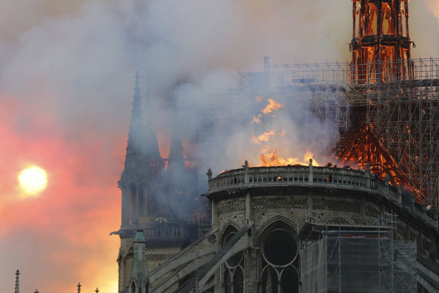 Vista desde el otro lado del río Sena, el humo y las llamas se elevan durante un incendio en la histórica catedral de Notre-Dame en el centro de París.  Foto: AFP