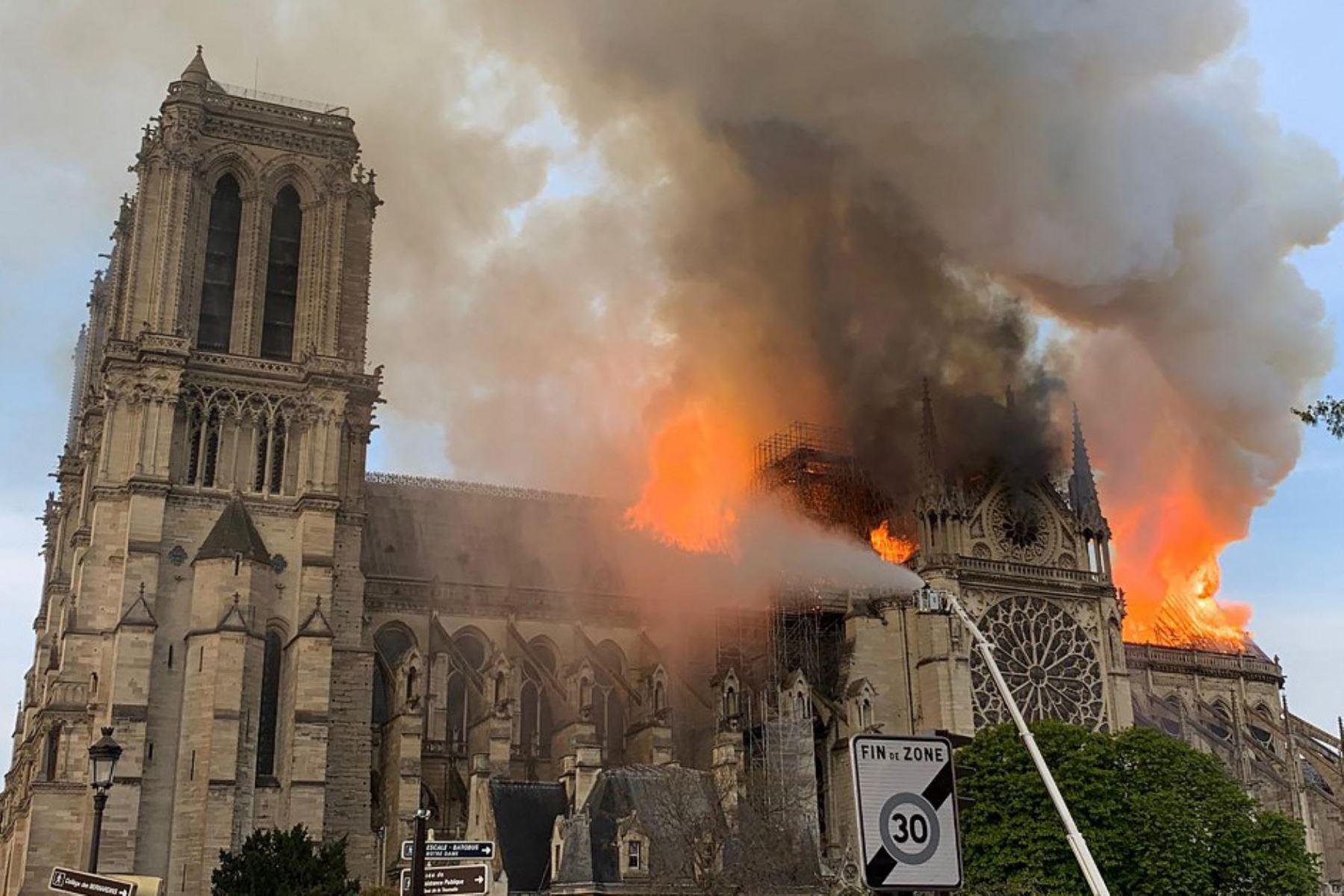 El humo y las llamas se elevan durante un incendio en la histórica catedral de Notre-Dame en el centro de París.  Foto: AFP