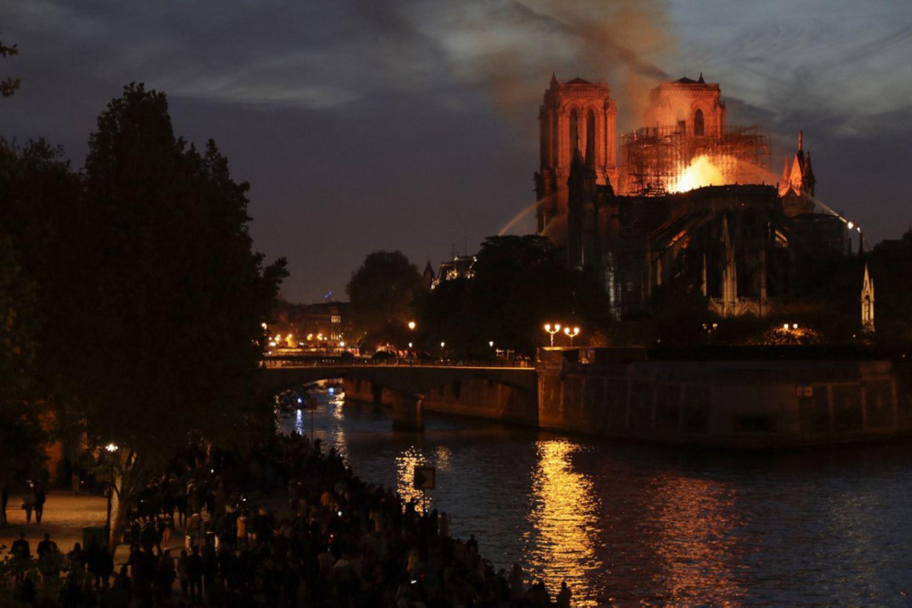 Los bomberos apagan las llamas que ondean desde el techo de la catedral de Notre-Dame en París.  Foto: AFP