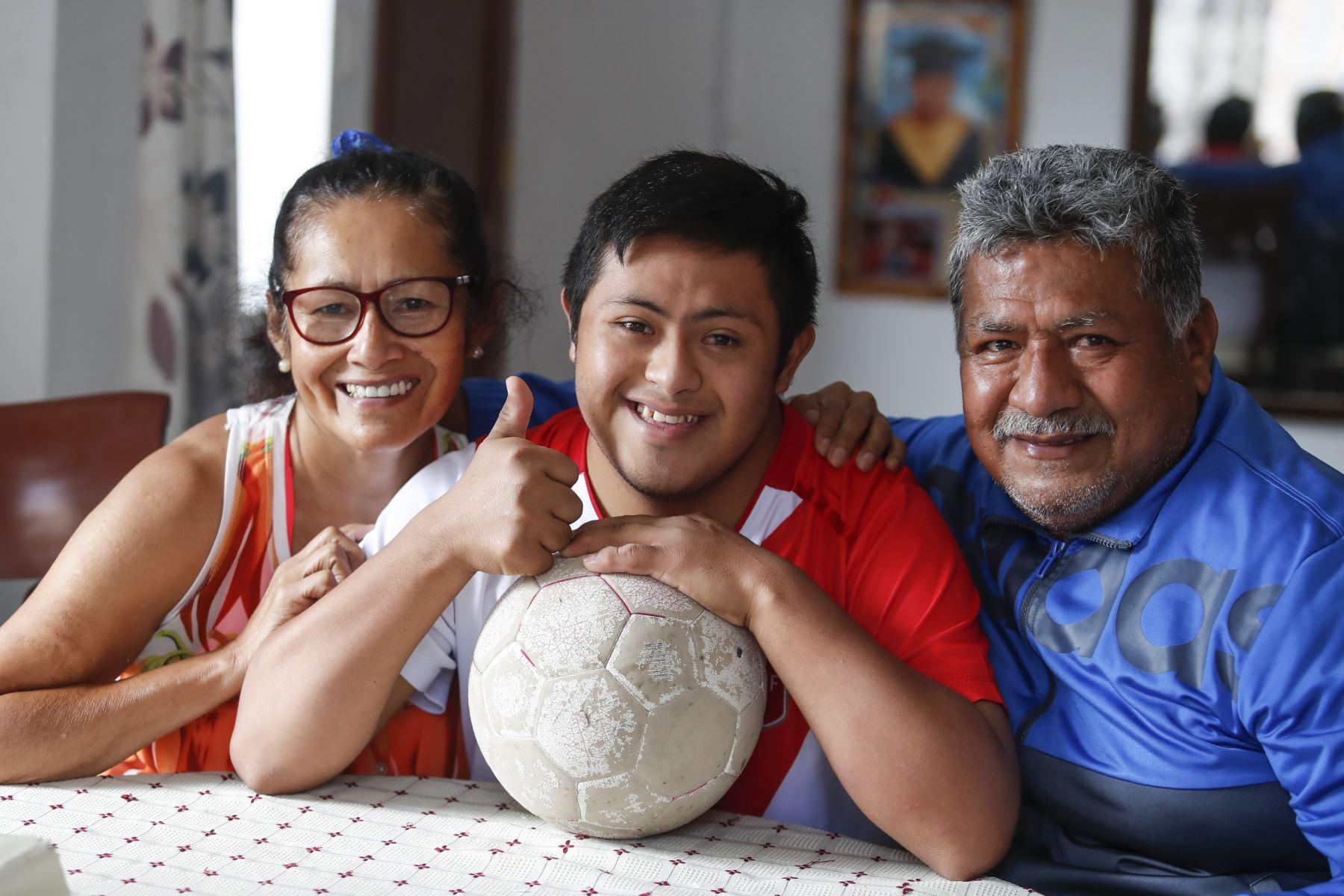 Pierre Espino posa junto a sus padres en su vivienda de Villa El Salvador. Foto: ANDINA/Renato Pajuelo