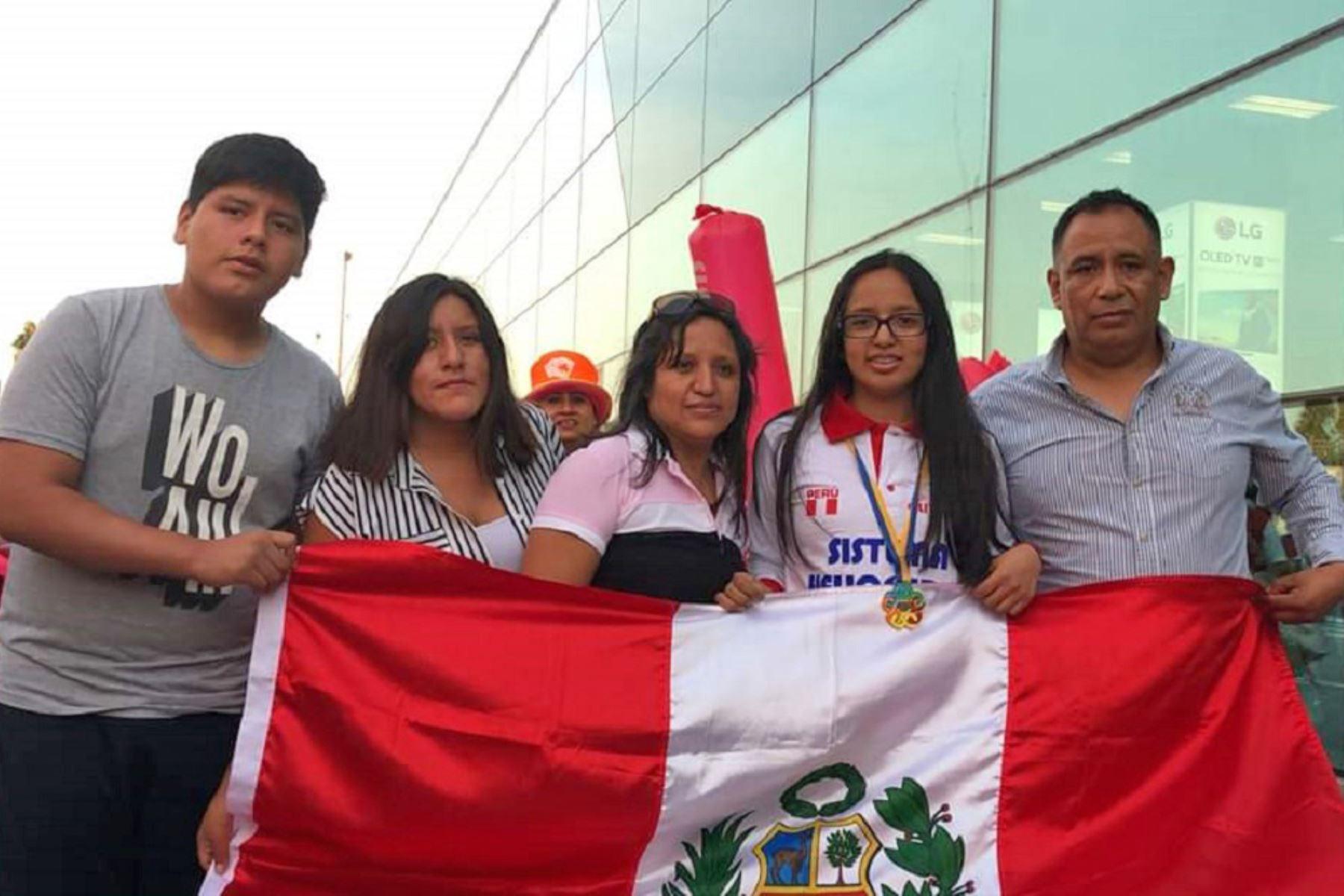 Carla Fermín Jiménez junto a su familia. Este año ganó su tercera medalla de oro consecutiva.