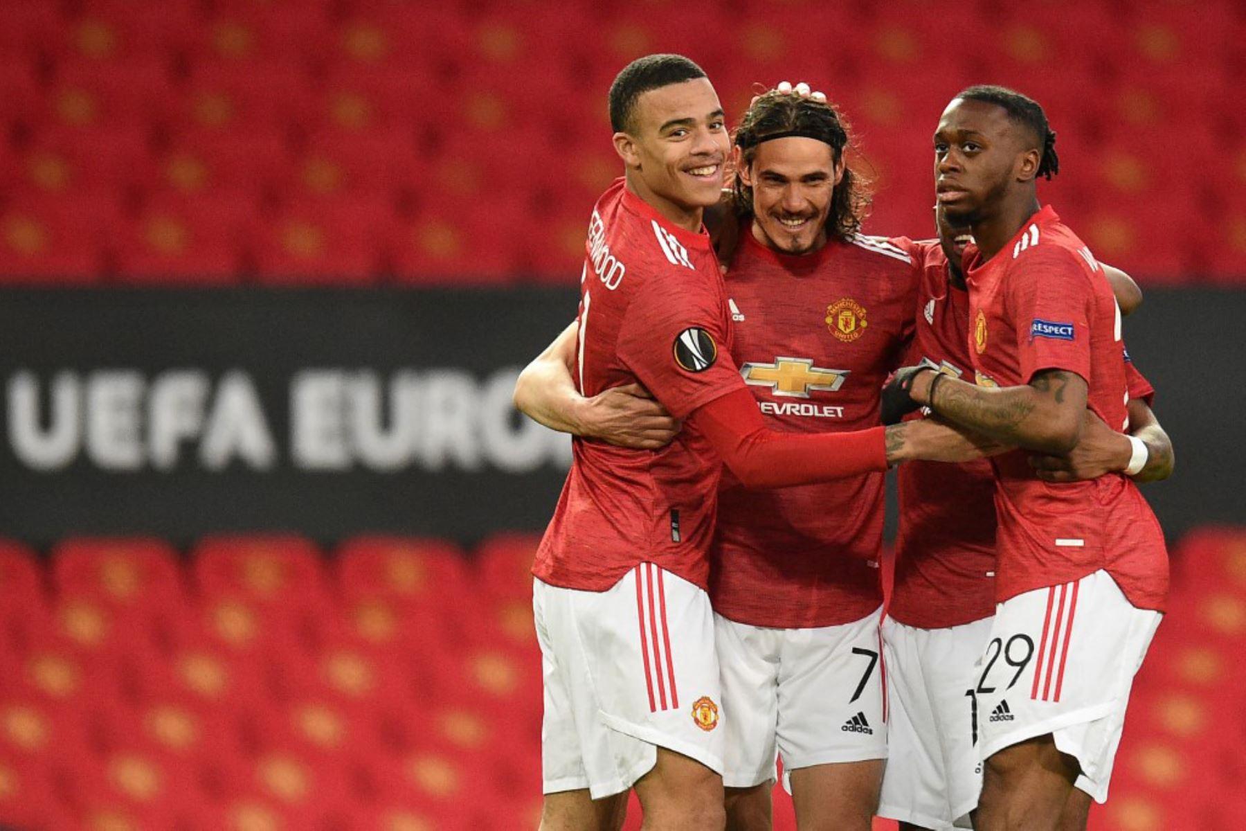El delantero uruguayo del Manchester United Edinson Cavani (C) celebra con sus compañeros de equipo después de marcar el gol de apertura de los cuartos de final de la UEFA Europa League, partido de vuelta entre el Manchester United y el Granada.  Foto: AFP