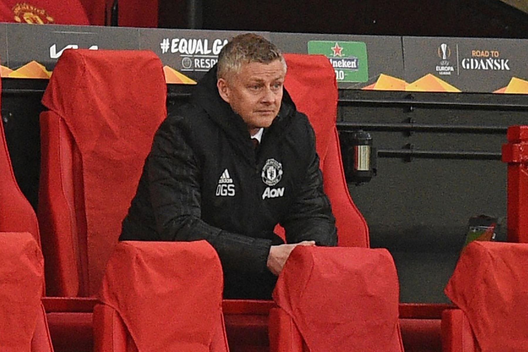 El técnico noruego del Manchester United, Ole Gunnar Solskjaer, observa desde su asiento durante los cuartos de final de la UEFA Europa League, partido de vuelta entre el Manchester United y el Granada.  Foto: AFP