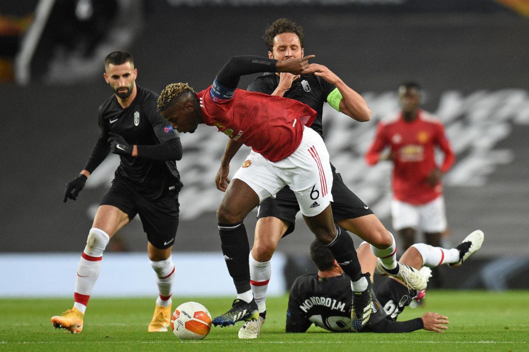 El centrocampista francés del Manchester United Paul Pogba (C) está amonestado por esta falta durante los cuartos de final de la UEFA Europa League, partido de vuelta entre el Manchester United y el Granada.  Foto: AFP
