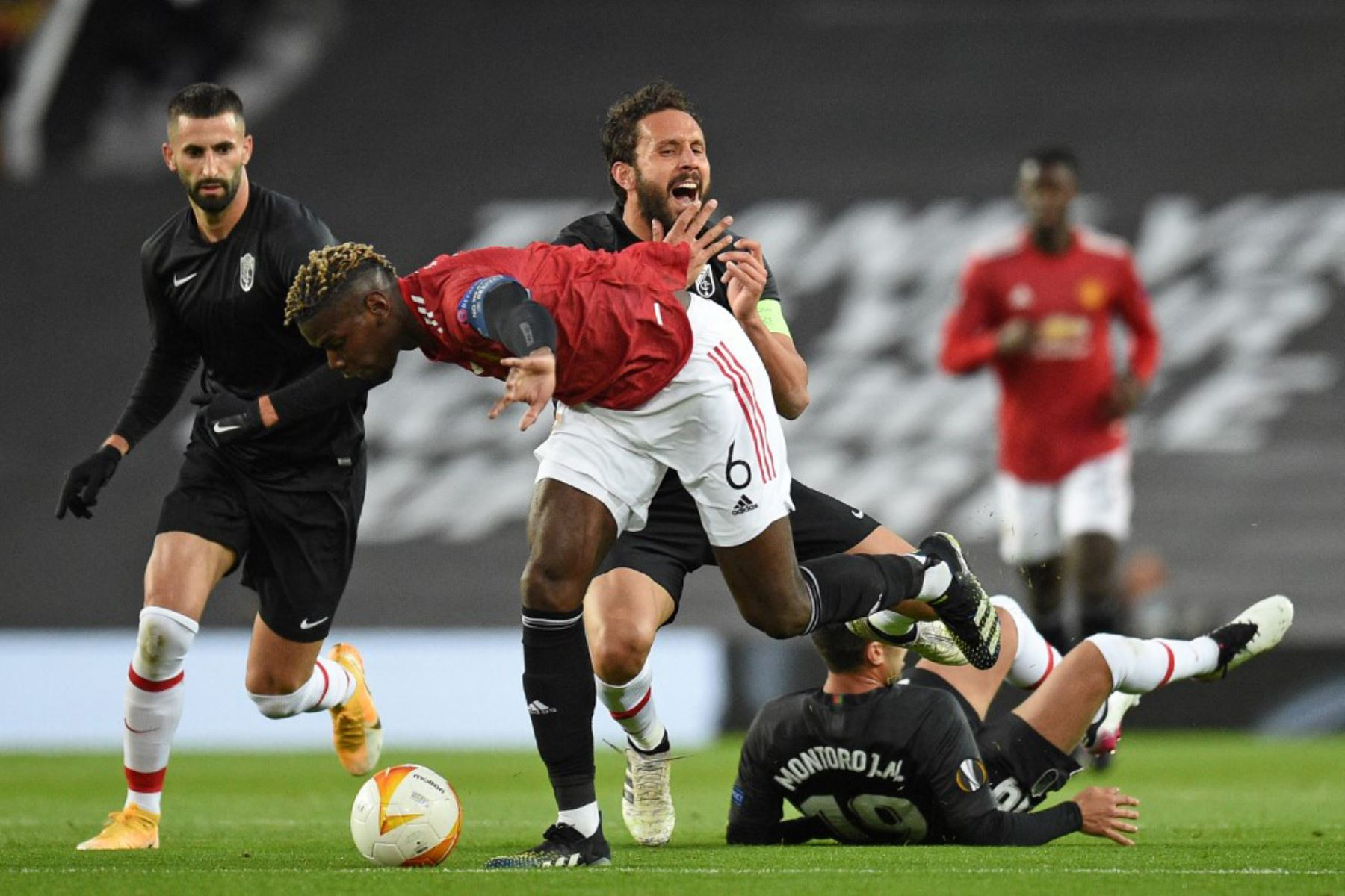 El centrocampista francés del Manchester United Paul Pogba (C) está amonestado por esta falta durante los cuartos de final de la UEFA Europa League, partido de vuelta entre el Manchester United y el Granada.  Foto:AFP