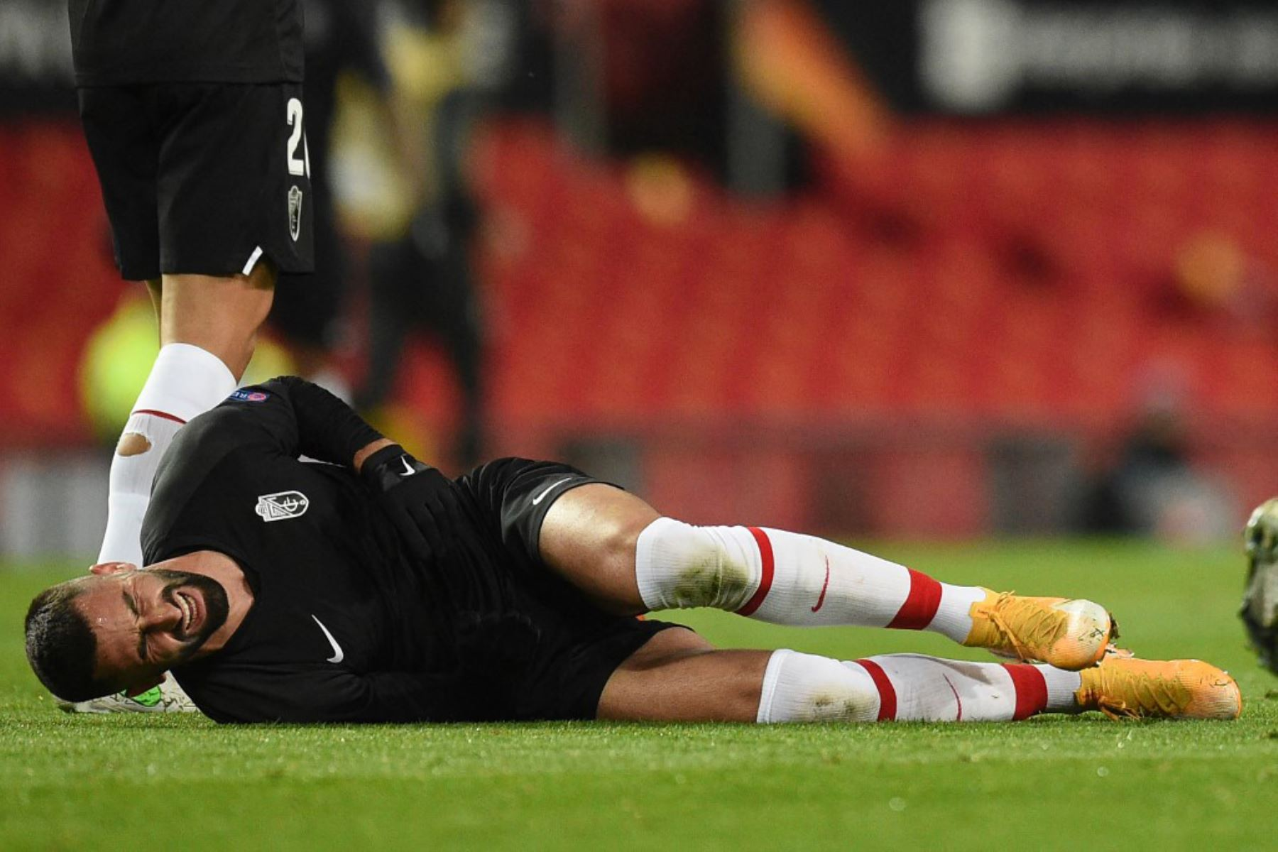 El centrocampista francés del Granada Maxime Gonalons se lesiona durante los cuartos de final de la UEFA Europa League, partido de vuelta entre el Manchester United y el Granada.  Foto:AFP