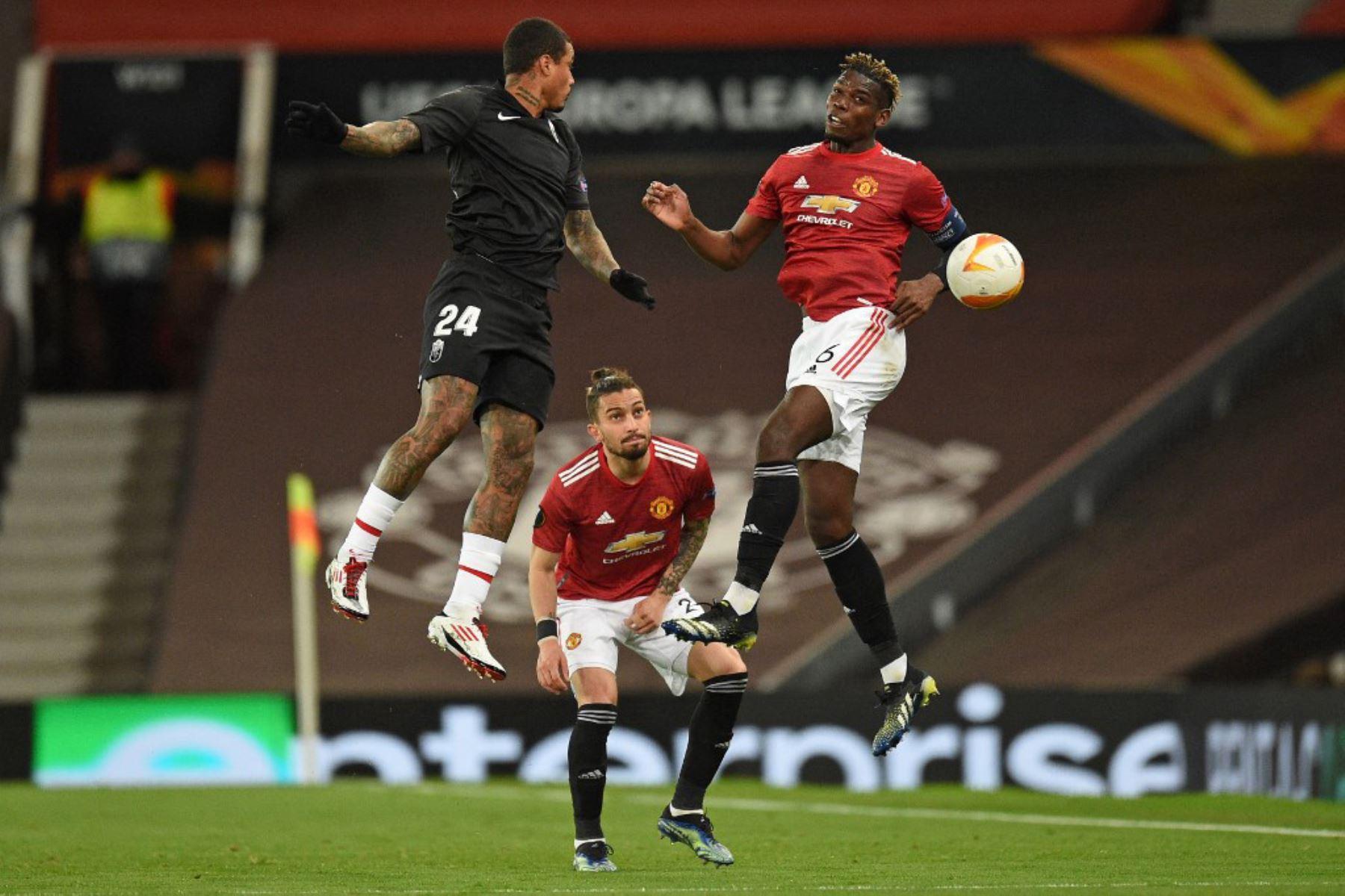 El defensor brasileño del Manchester United Alex Telles (C) mira como el centrocampista brasileño del Granada Kenedy (L) compite con el centrocampista francés del Manchester United Paul Pogba (R) durante los cuartos de final de la UEFA Europa League, segundo partido de fútbol entre el Manchester United y el Granada.  Foto:AFP