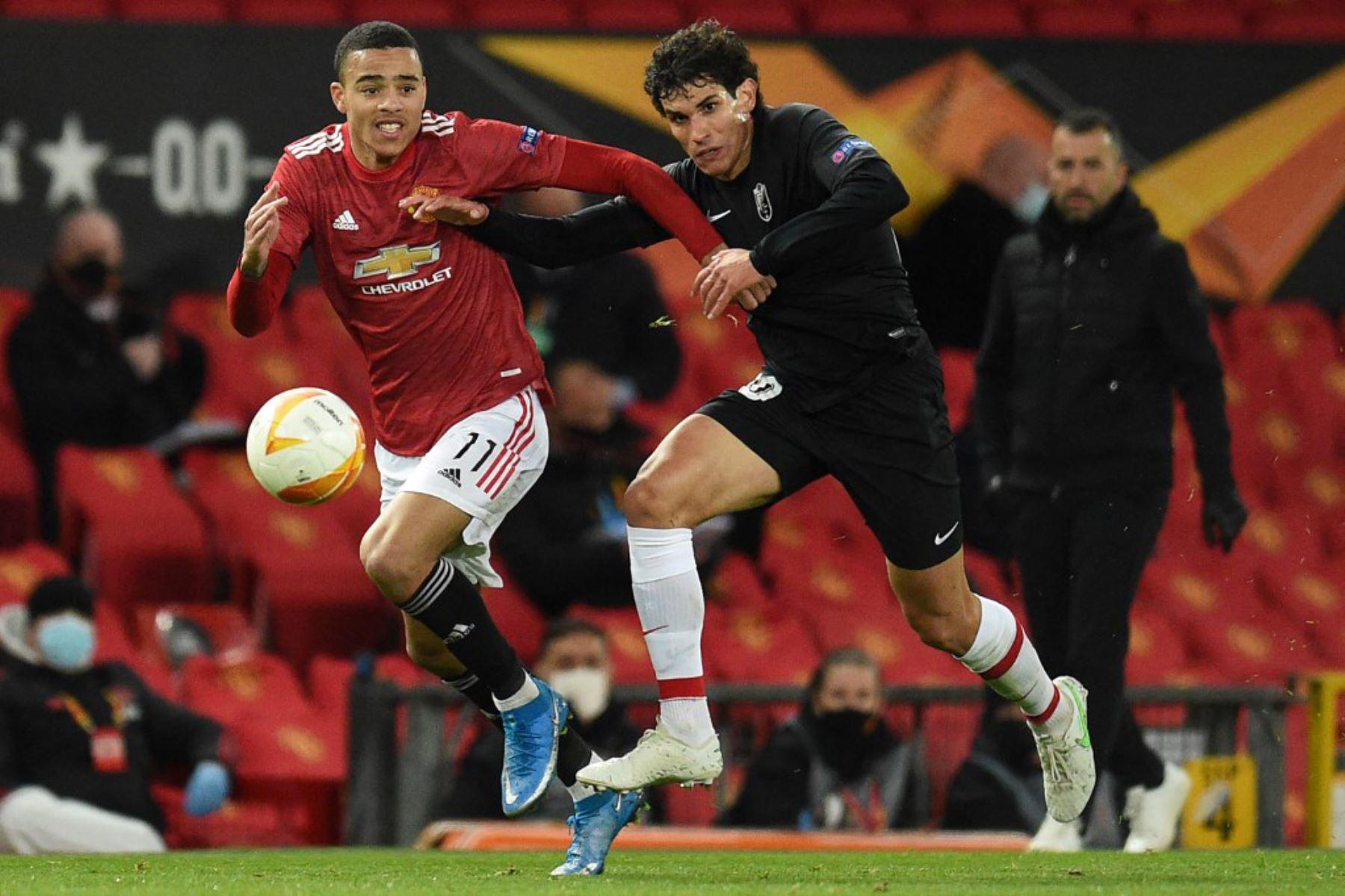 El delantero inglés del Manchester United, Mason Greenwood (L), compite con el defensa español del Granada Jesús Vallejo (R) durante los cuartos de final de la UEFA Europa League, el segundo partido de fútbol entre el Manchester United y el Granada.  Foto:AFP