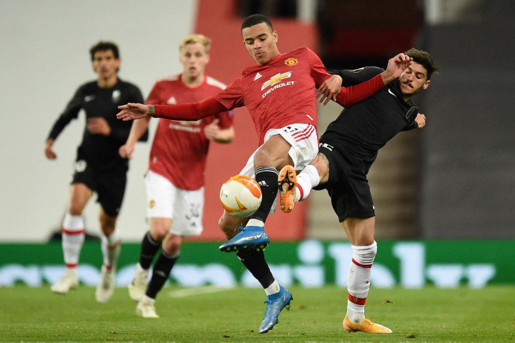 El delantero inglés del Manchester United, Mason Greenwood (C), compite con el defensa español del Granada Carlos Neva (R) durante los cuartos de final de la UEFA Europa League, el segundo partido de fútbol entre el Manchester United y el Granada.  Foto:AFP