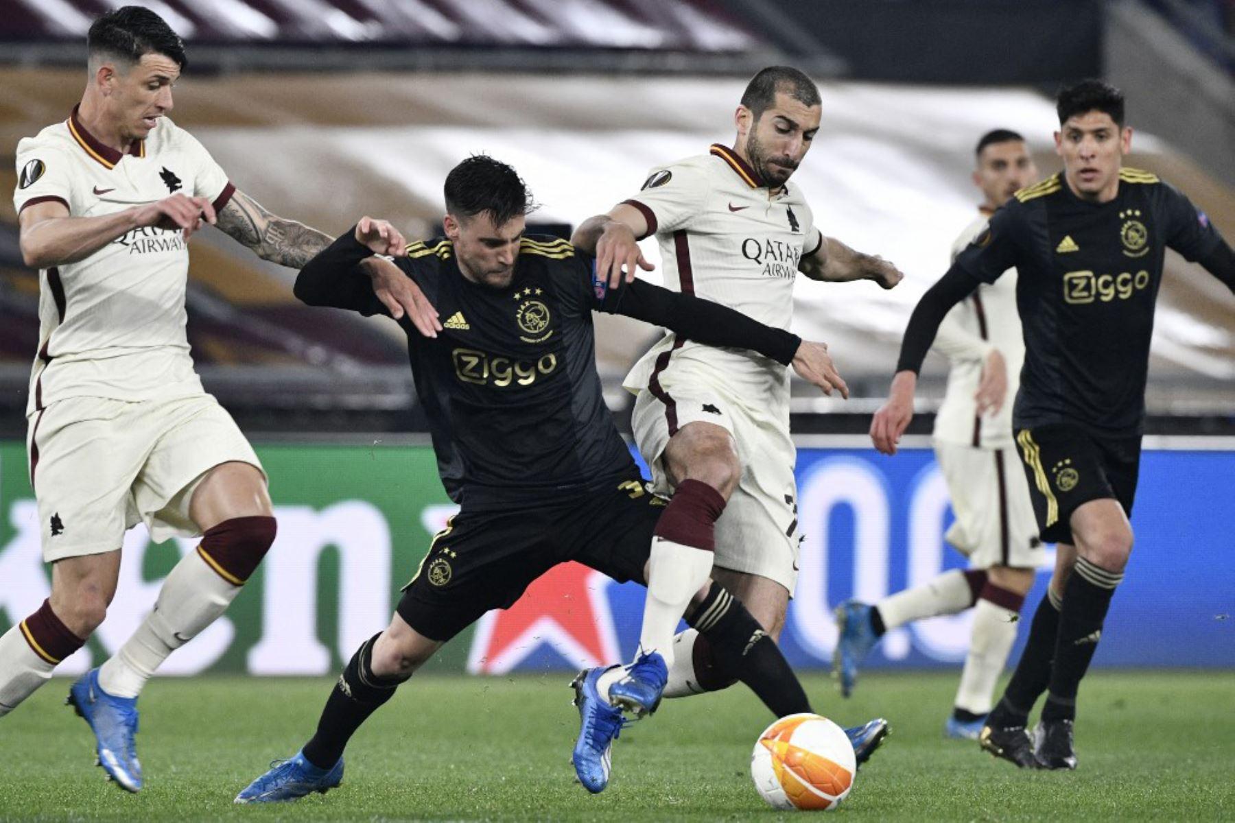 El defensor argentino del Ajax Nicolas Tagliafico (L) comete una falta al centrocampista armenio de la Roma Henrikh Mkhitaryan durante los cuartos de final de la UEFA Europa League en el segundo partido de fútbol AS Roma vs Ajax Amsterdam.  Foto:AFP