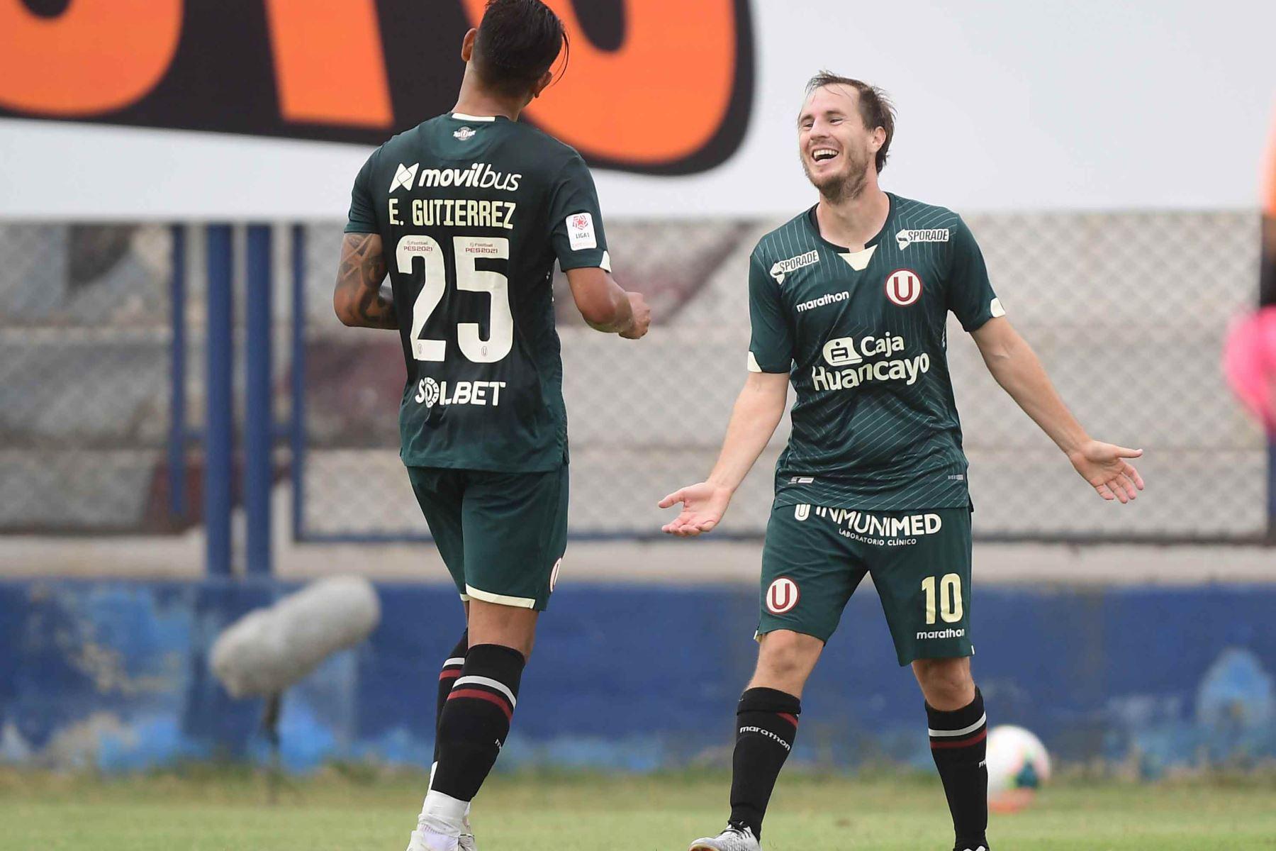 Hernán Novick de Universitario sonríe y celebra junto a sus compañeros tras anotarle a la San Martín.  Foto: ANDINA/Liga1