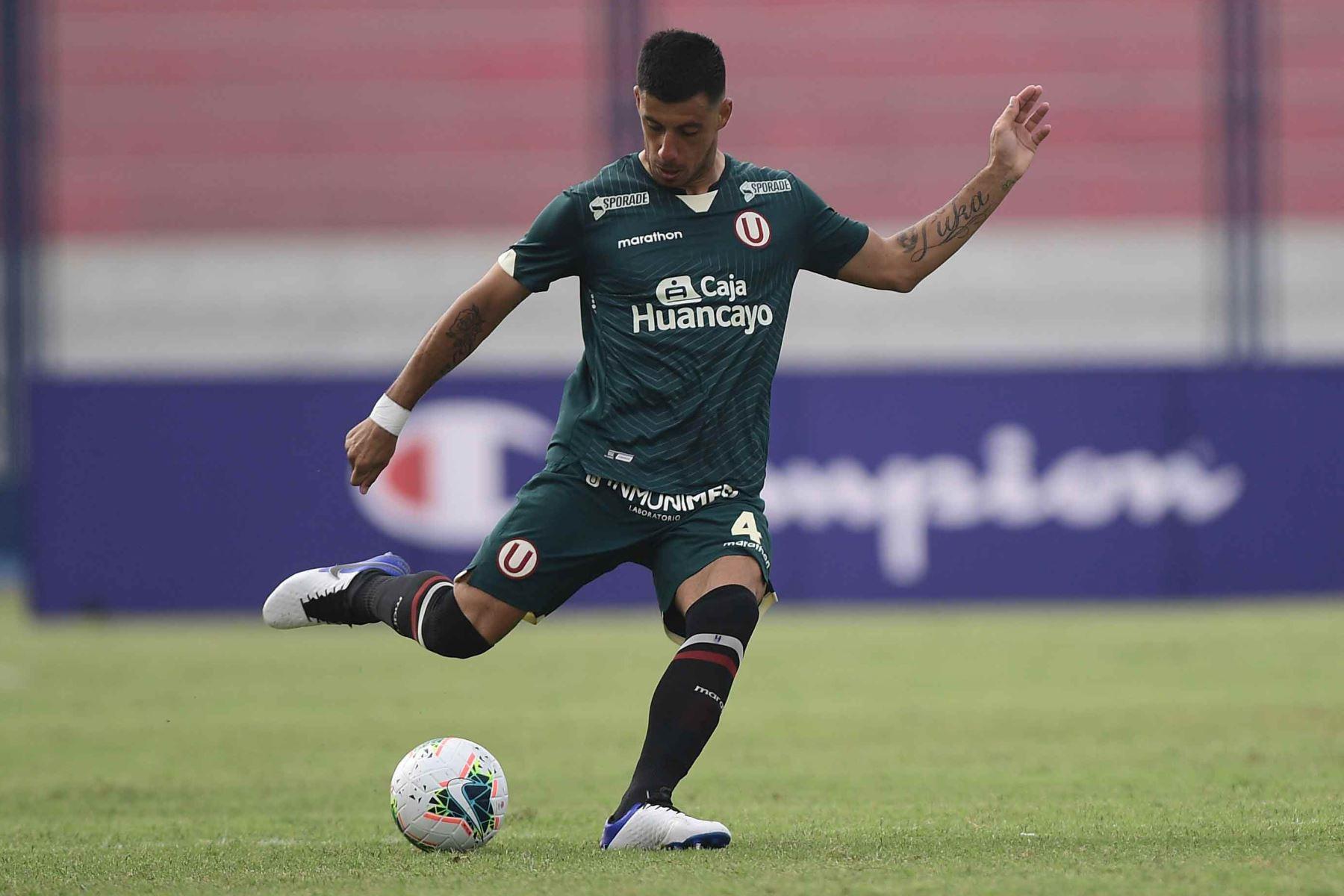 F. Alonso de Universitario en la posesión del balón enfrentando a la San Martín por la Liga 1.  Foto: ANDINA/Liga1