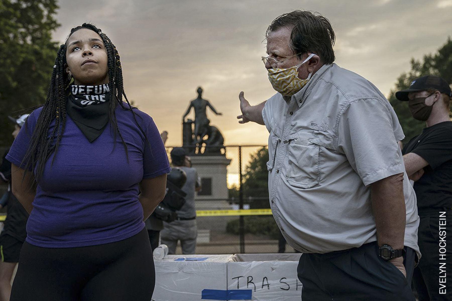 En la categoría noticias de actualidad, el primer lugar lo ocupa la norteamericana Evelyn Hockstein. Anais, de 26 años, discute sobre la eliminación del Monumento a la Emancipación con un hombre que desea se conserve, en Lincoln Park, Washington DC, EE. UU. Foto: Evelyn Hockstein